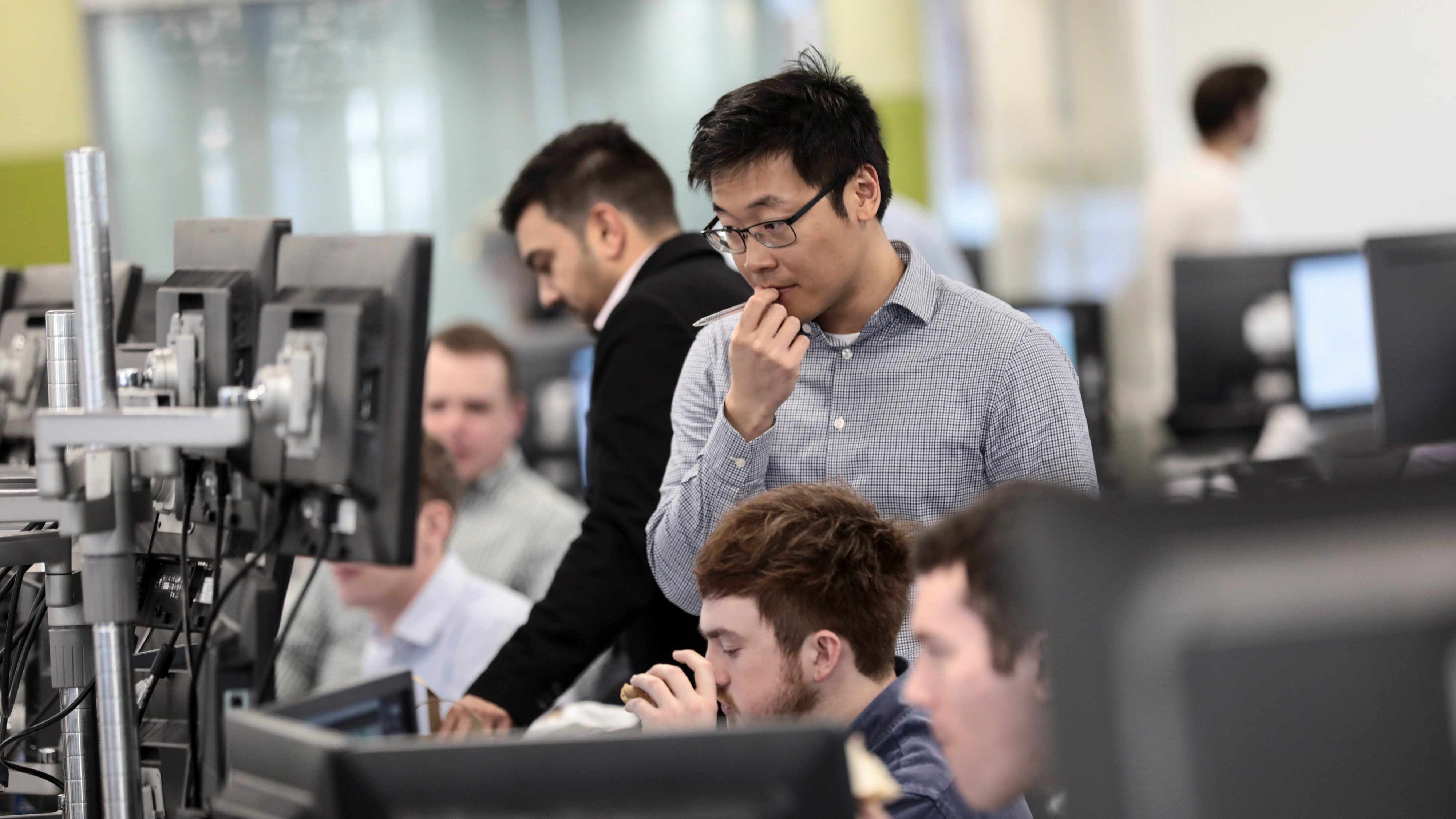 Traders looks at financial information on computer screens on the IG Index trading floor in London, Britain February 6, 2018. REUTERS/Simon Dawson - RC1C7821B240
