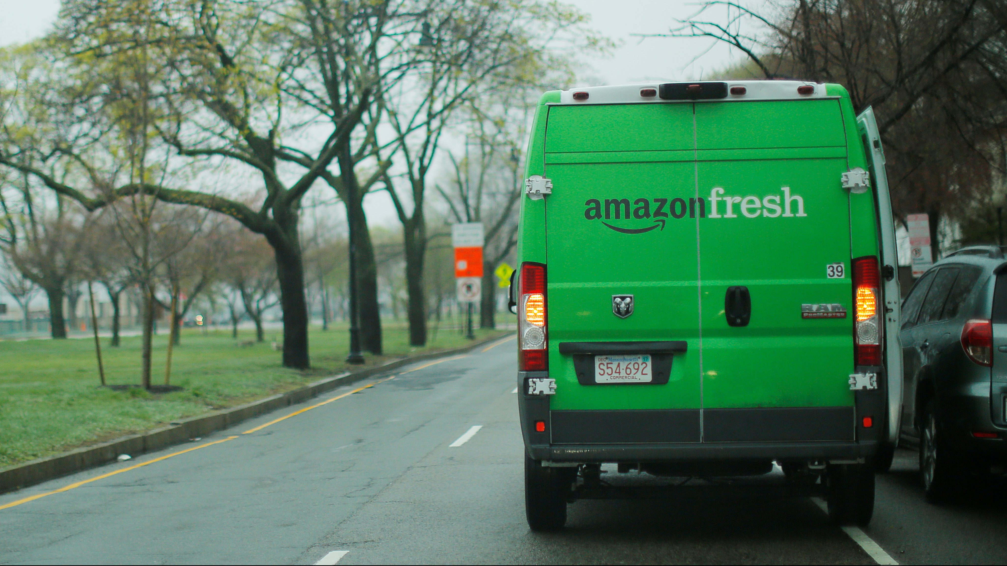 An Amazon Fresh truck makes a delivery in Cambridge, Massachusetts, U.S., April 26, 2017. REUTERS/Brian Snyder - RTS140Y8
