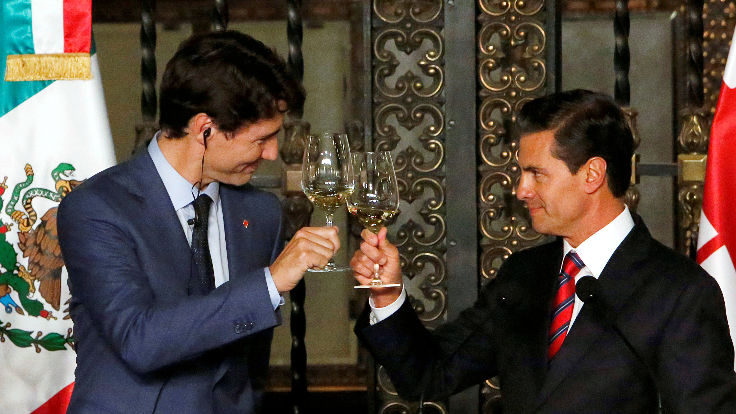 Canada's Prime Minister Justin Trudeau and Mexico's President Enrique Pena Nieto make a toast during a dinner ceremony at the presidential palace in Mexico City, Mexico October 12, 2017.