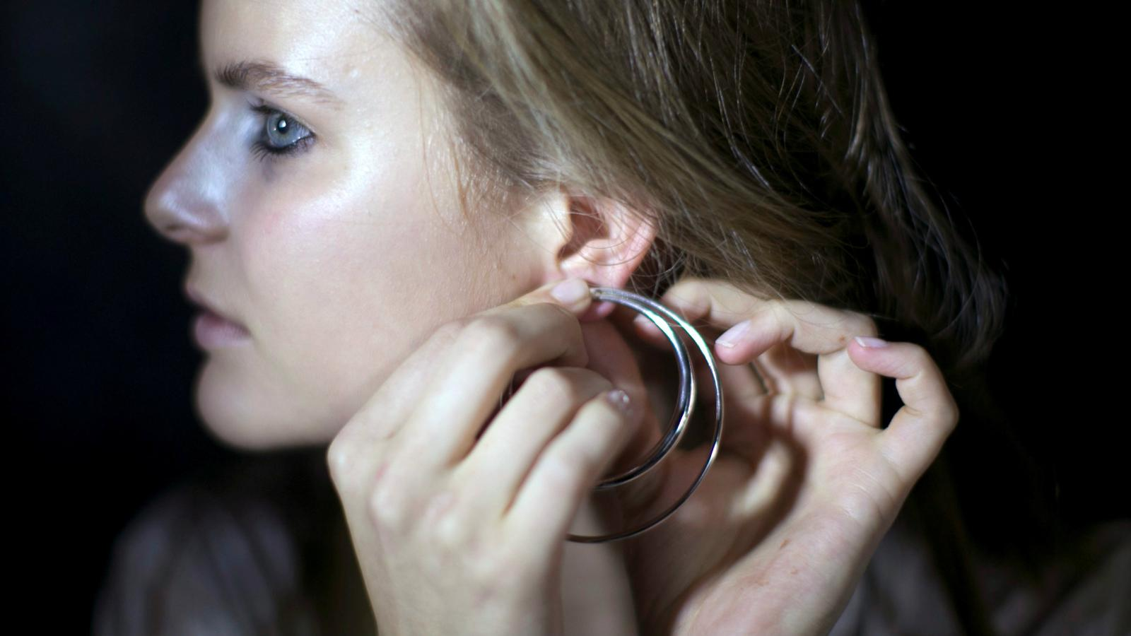 Tucking Your Hair Behind Your Ear Is Now Fashion Quartz