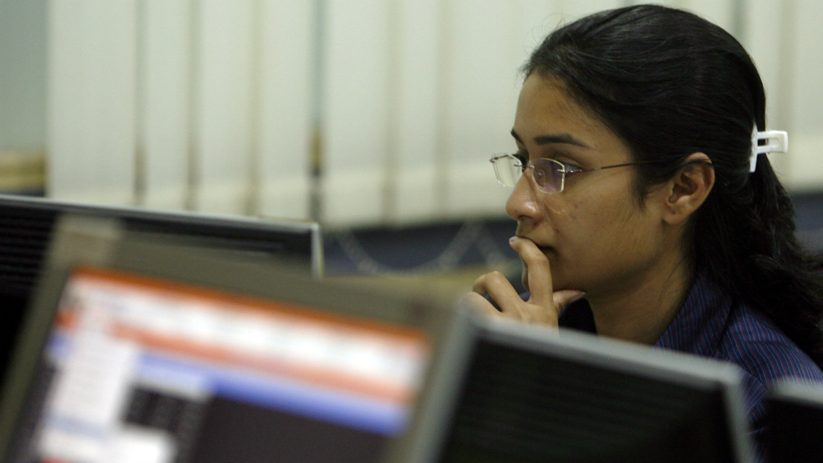 A broker looks at her computer terminal at a stock brokerage firm in Mumbai May 4, 2009. Indian shares rose more than 6 percent on Monday afternoon, taking gains to over 50 percent from a 2009 low in early March, as strong risk appetite on a brighter outlook for the global economy lifted markets across Asia.