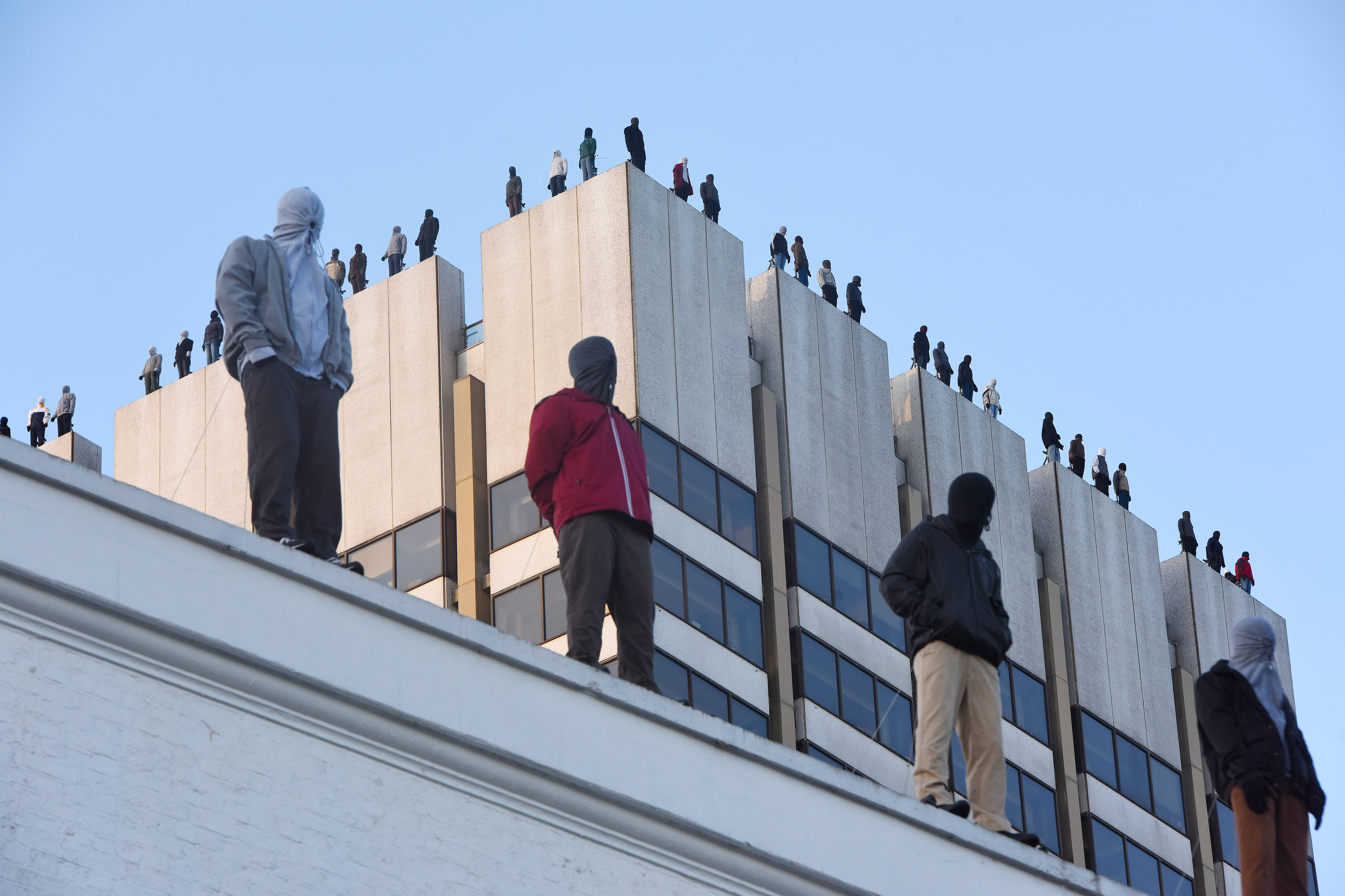 Why do statues of 84 men stand on the roof of a London skyscraper?