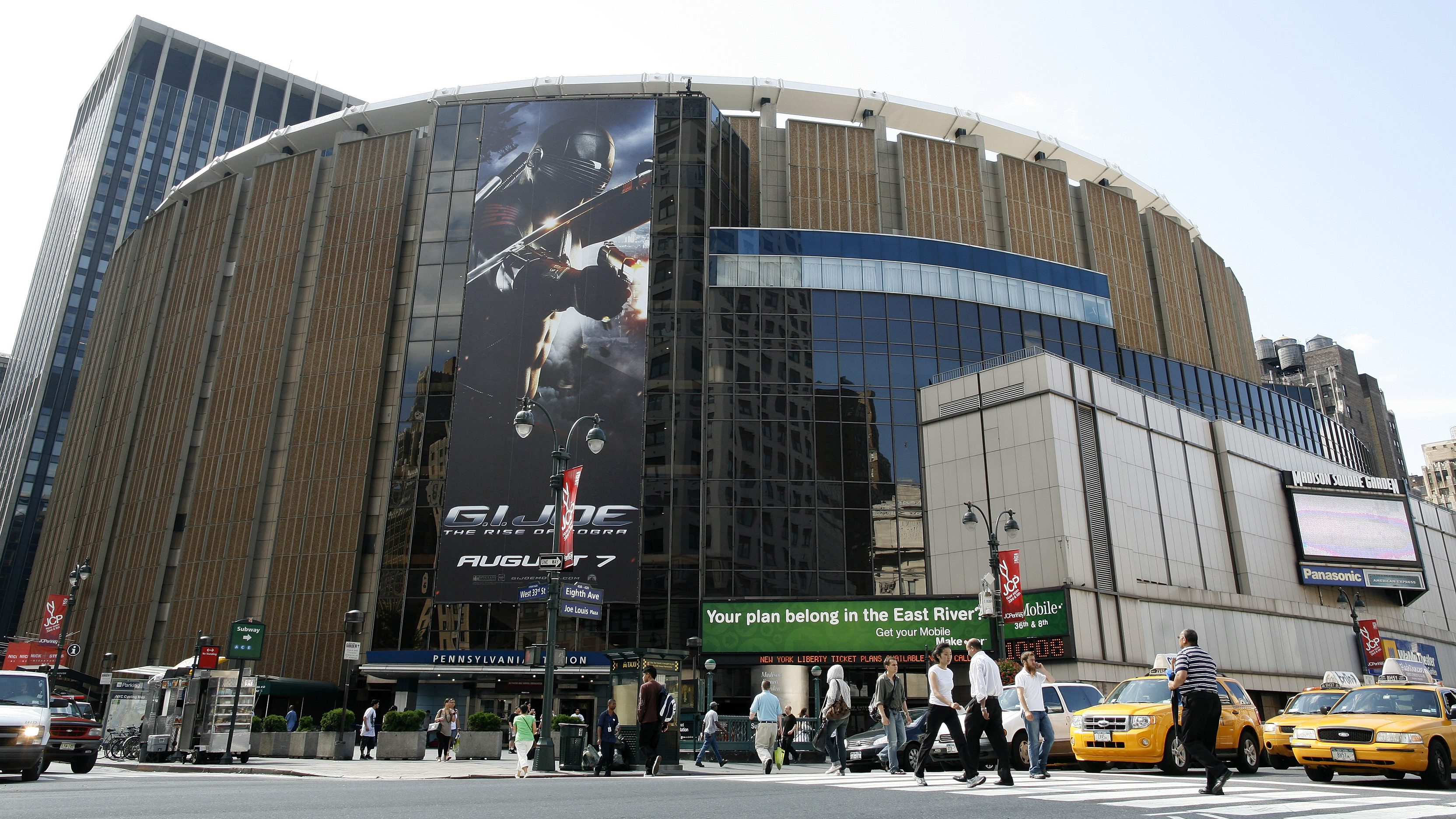 Madison Square Garden is seen in Midtown Manhattan section of New York, July 30, 2009. Cablevision Systems Corp board approved a spinoff of its Madison Square Garden unit by year-end, in hopes of a better valuation from Wall Street for assets such as its New York Knicks basketball team and Radio City Music Hall.   REUTERS/Brendan McDermid (UNITED STATES BUSINESS ENTERTAINMENT) - GM1E57V027X01