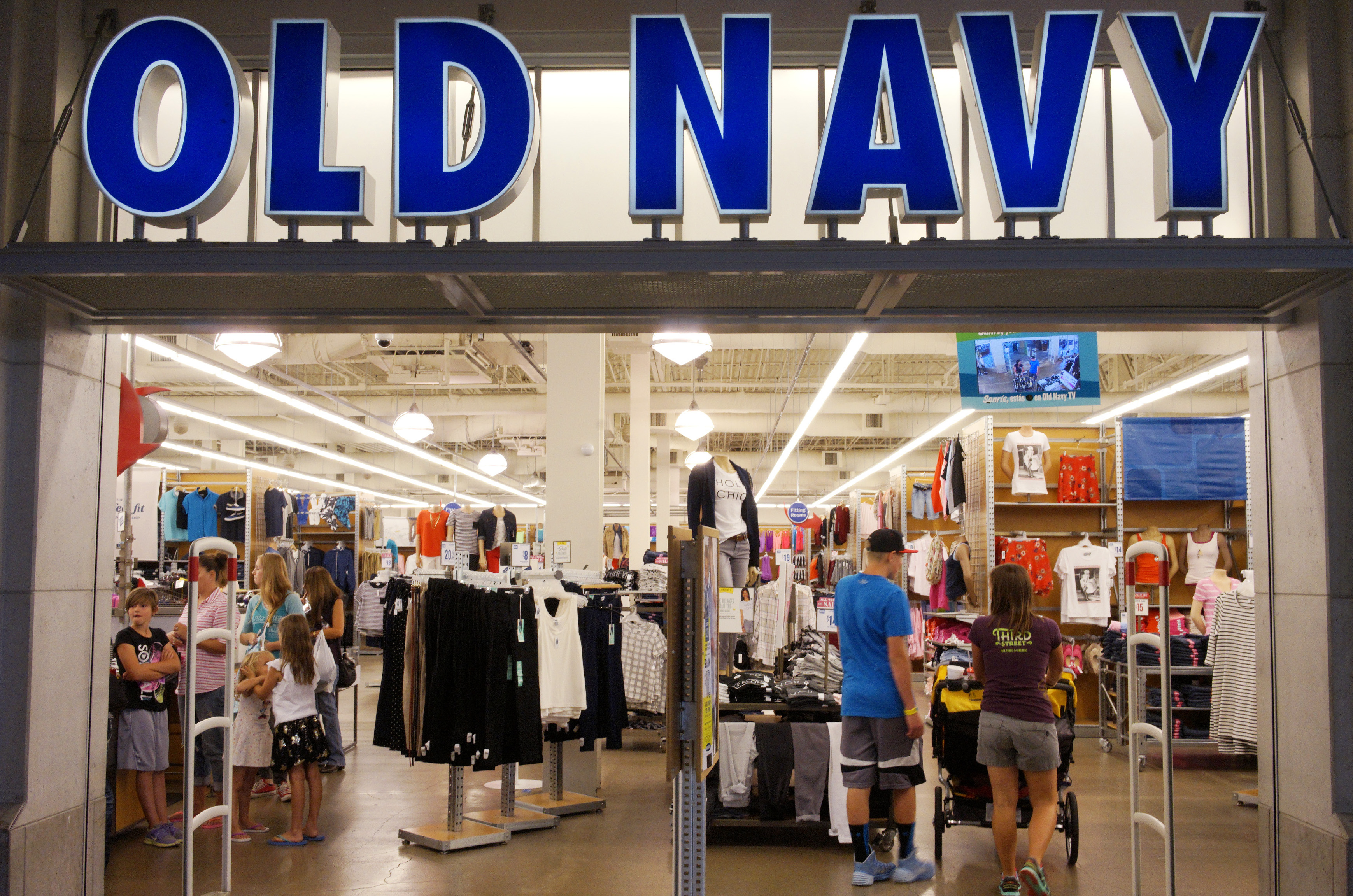Shoppers enter the Old Navy store in Broomfield, Colorado August 22, 2014. Apparel retailer Gap Inc raised its full-year profit forecast, encouraged by strong sales of its lower-priced Old Navy clothes, and said it would open 40 stores in India as part of its strategy to expand in emerging markets.   REUTERS/Rick Wilking (UNITED STATES - Tags: BUSINESS TEXTILE FASHION) - GM1EA8N0BEZ01