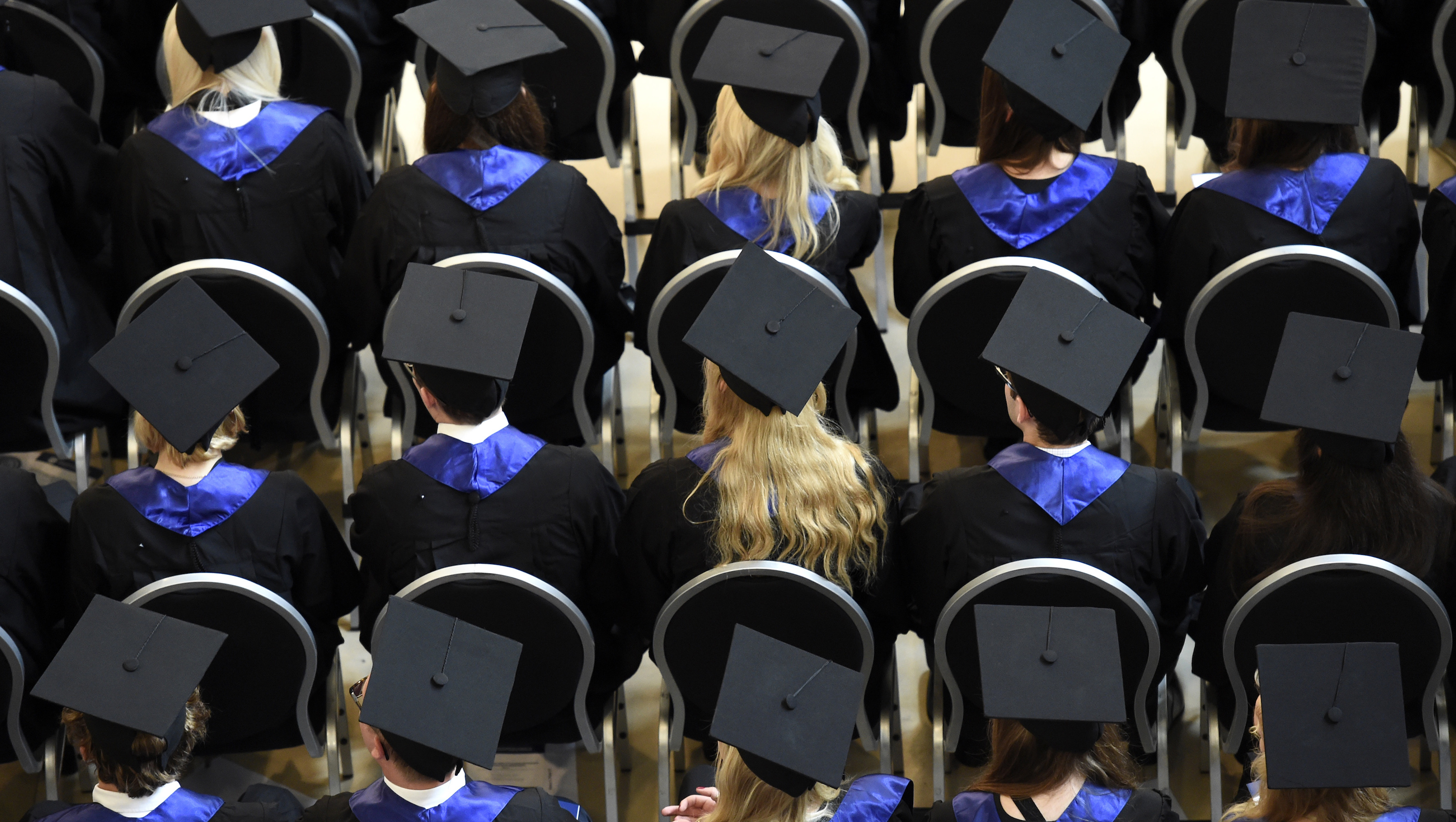 Students attend their graduation ceremony at the Hamburg School of Business Administration (HSBA) in Hamburg, October 1, 2014.  REUTERS/Fabian Bimmer (GERMANY - Tags: BUSINESS EDUCATION SOCIETY) - GM1EAA2052G01