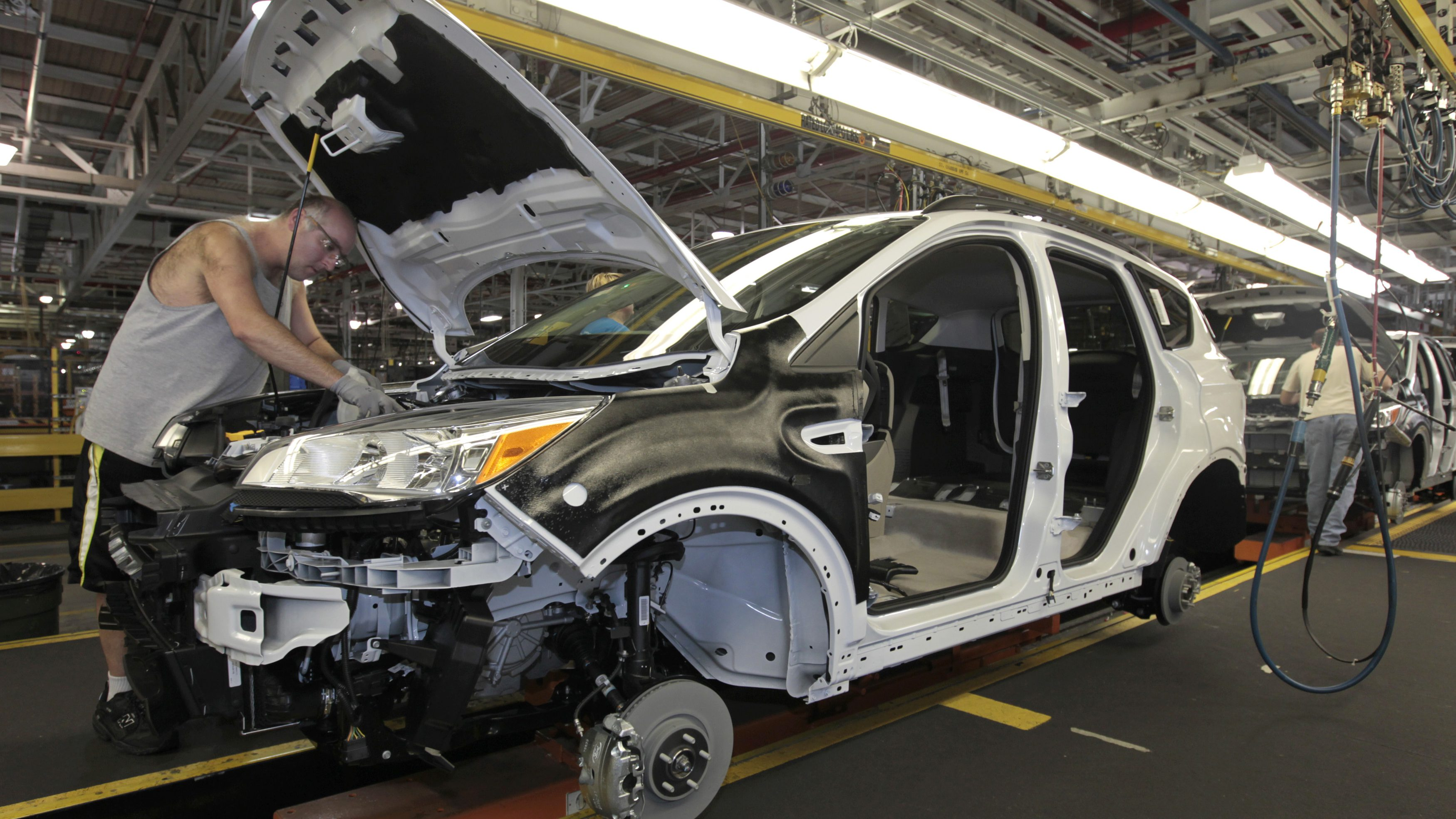 Louisville Assembly Plant employees work to assemble the new 2013 Ford Escape on the production line in Louisville, Kentucky, June 13, 2012.  REUTERS/John Sommers II/File Photo - TM3EC671BX401
