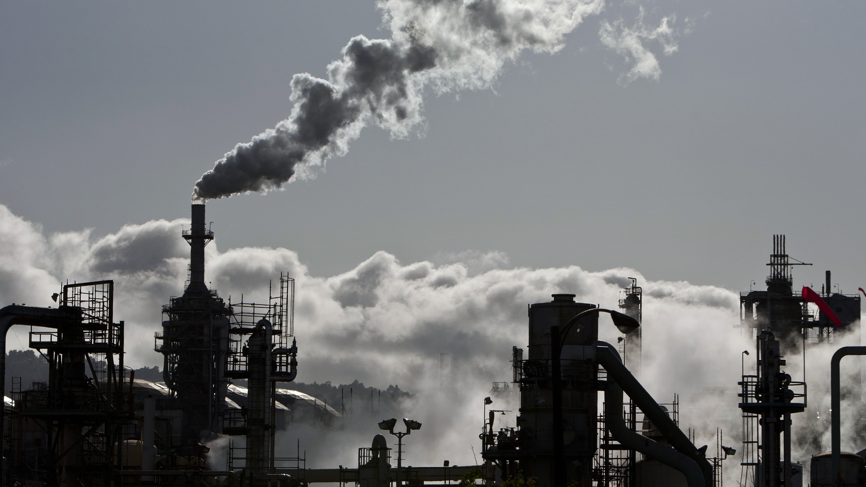 Smoke is released into the sky at a refinery in Wilmington, California March 24, 2012. Picture taken March 24, 2012. REUTERS/Bret Hartman  (UNITED STATES - Tags: ENERGY ENVIRONMENT BUSINESS INDUSTRIAL COMMODITIES) - GM1E83R12LB02