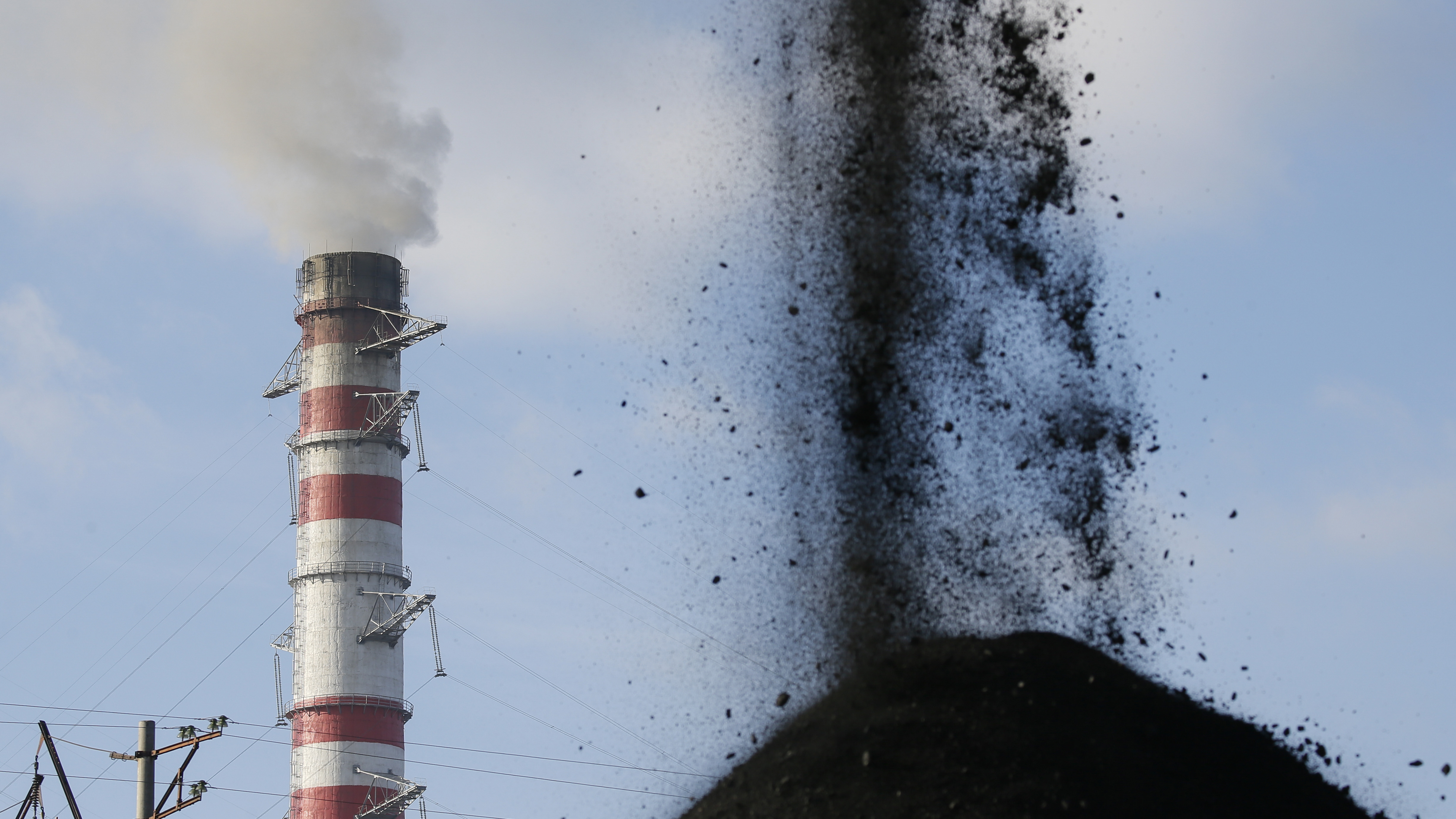 Coal is sorted into a pile at a warehouse of the Trypillian thermal power plant in Kiev region, Ukraine November 23, 2017. REUTERS/Valentyn Ogirenko - UP1EE2K1LW6RD