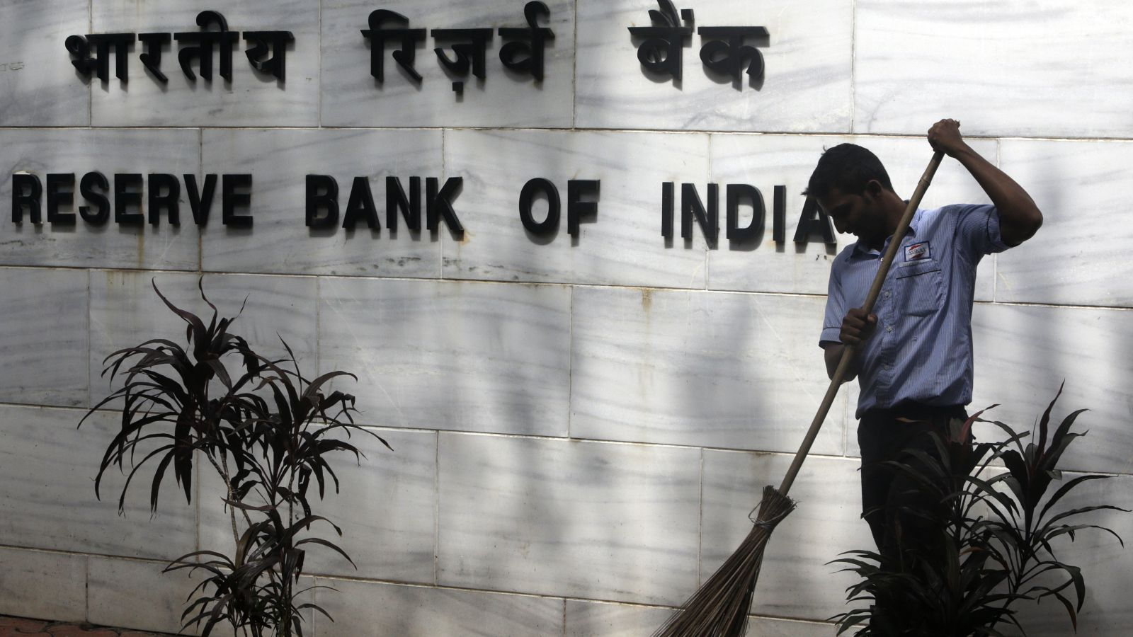 RBI stands its ground, asks banks to fall in line in battle against