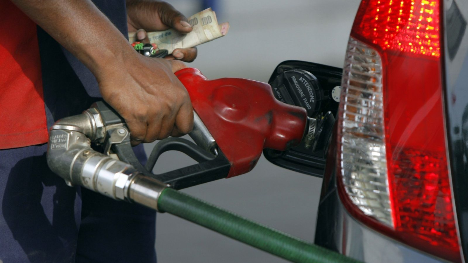 An employee fills a vehicle with petrol at a fuel station in New Delhi June 25, 2010. India's government on Friday freed up state-subsidised petrol prices and hiked other fuels as high global oil prices and pressure to trim the budget deficit outweighed concerns about the political impact of the measures. REUTERS/Mukesh Gupta (INDIA - Tags: ENERGY BUSINESS POLITICS) - GM1E66P1LTX01