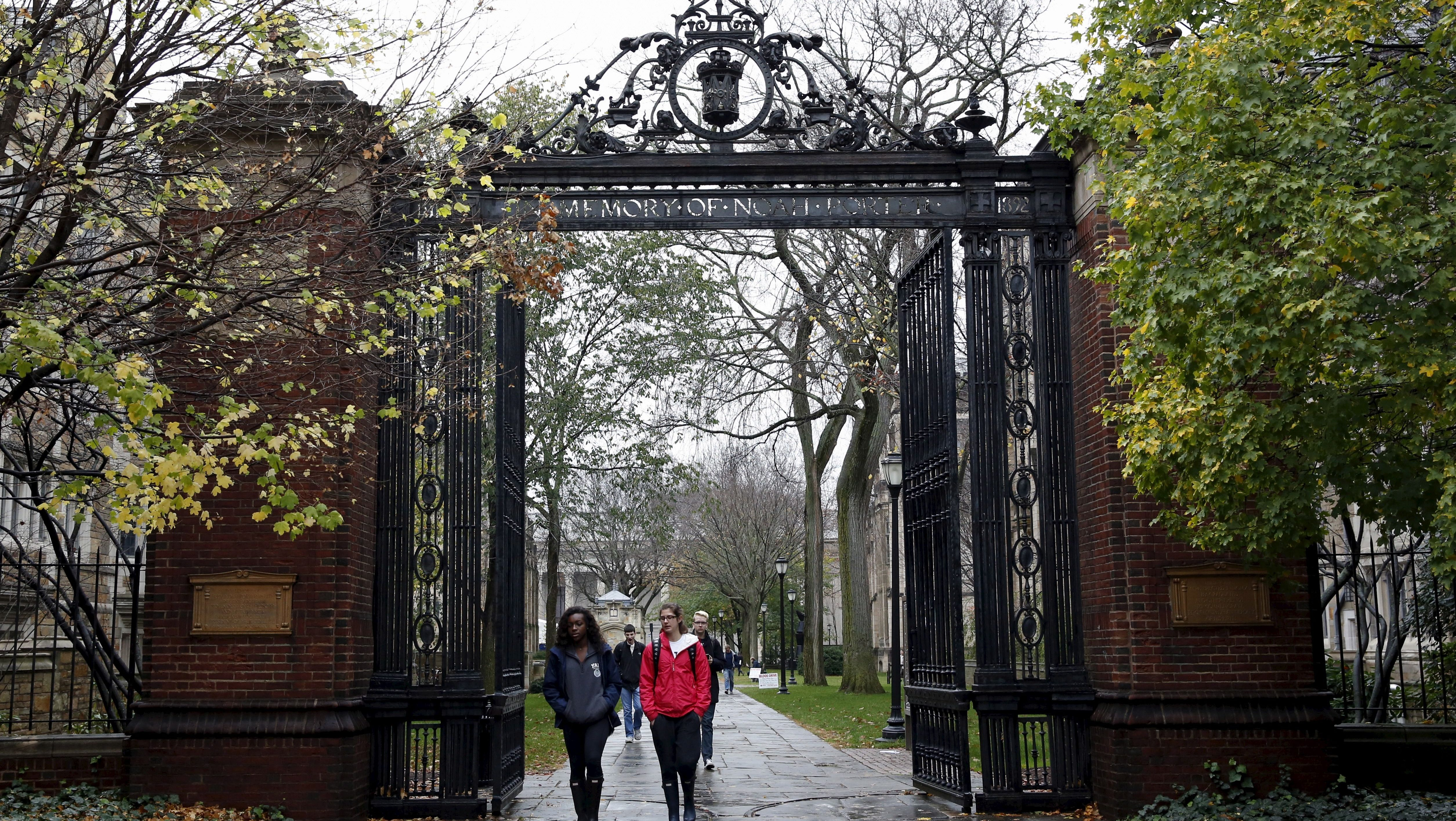 Students walk on the campus of Yale University in New Haven, Connecticut November 12, 2015. More than 1,000 students, professors and staff at Yale University gathered on Wednesday to discuss race and diversity at the elite Ivy League school, amid a wave of demonstrations at U.S. colleges over the treatment of minority students. REUTERS/Shannon Stapleton - GF20000056999