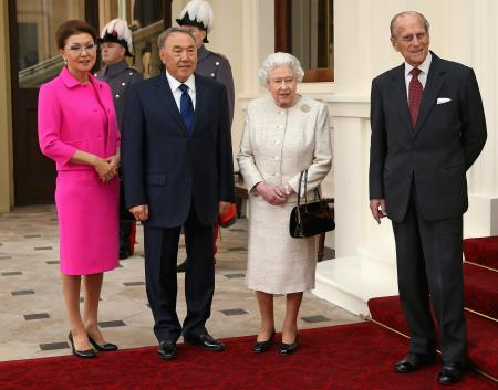 Dariga Nazarbayeva stands with her father, president Nursultan Nazarbayev, alongside Queen Elizabeth and Prince Phillip.