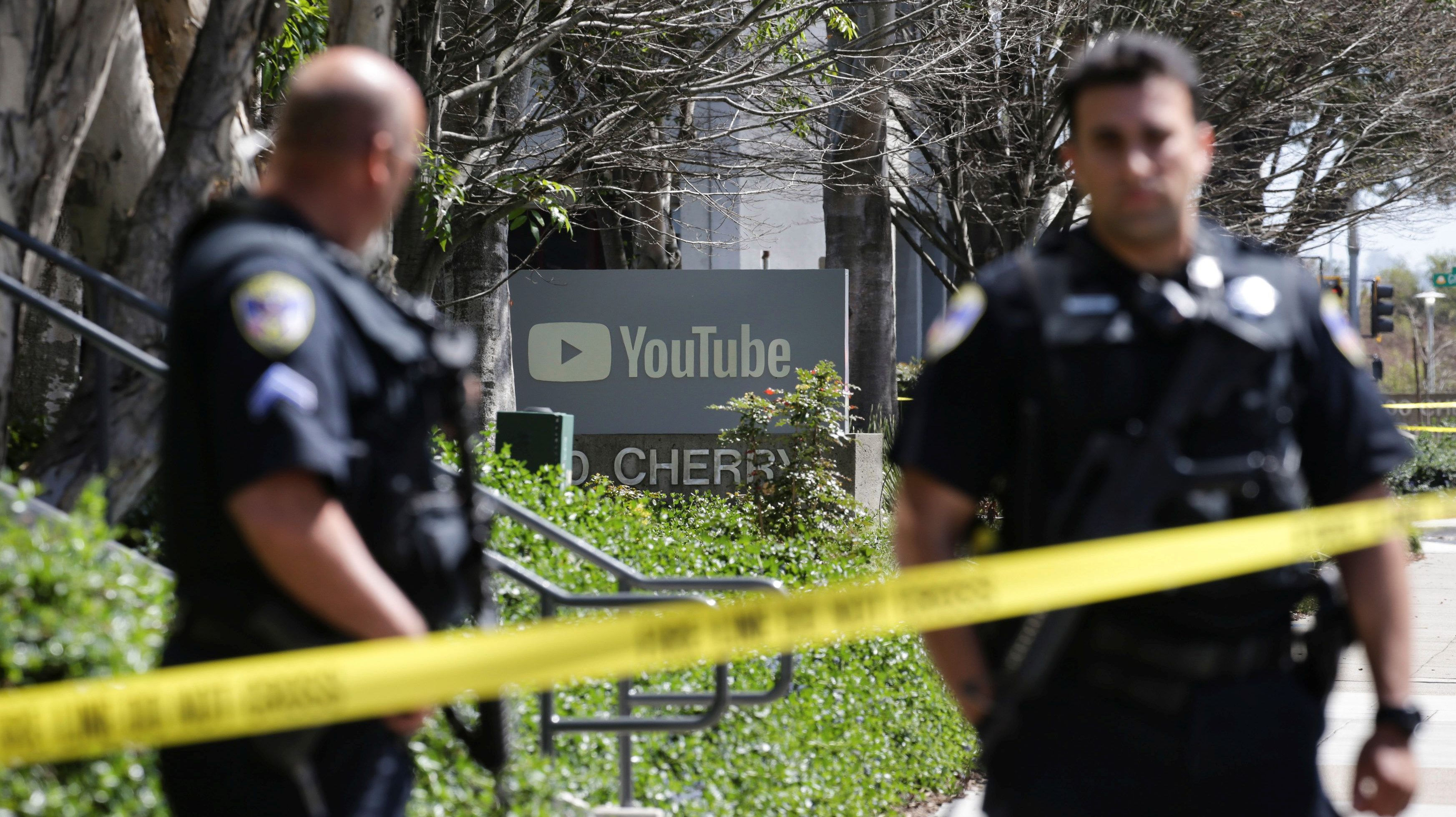 Police officers and crime scene tape are seen at YouTube headquarters following an active shooter situation in San Bruno, California, U.S., April 3, 2018. REUTERS/Elijah Nouvelage     TPX IMAGES OF THE DAY - RC1A6462E080