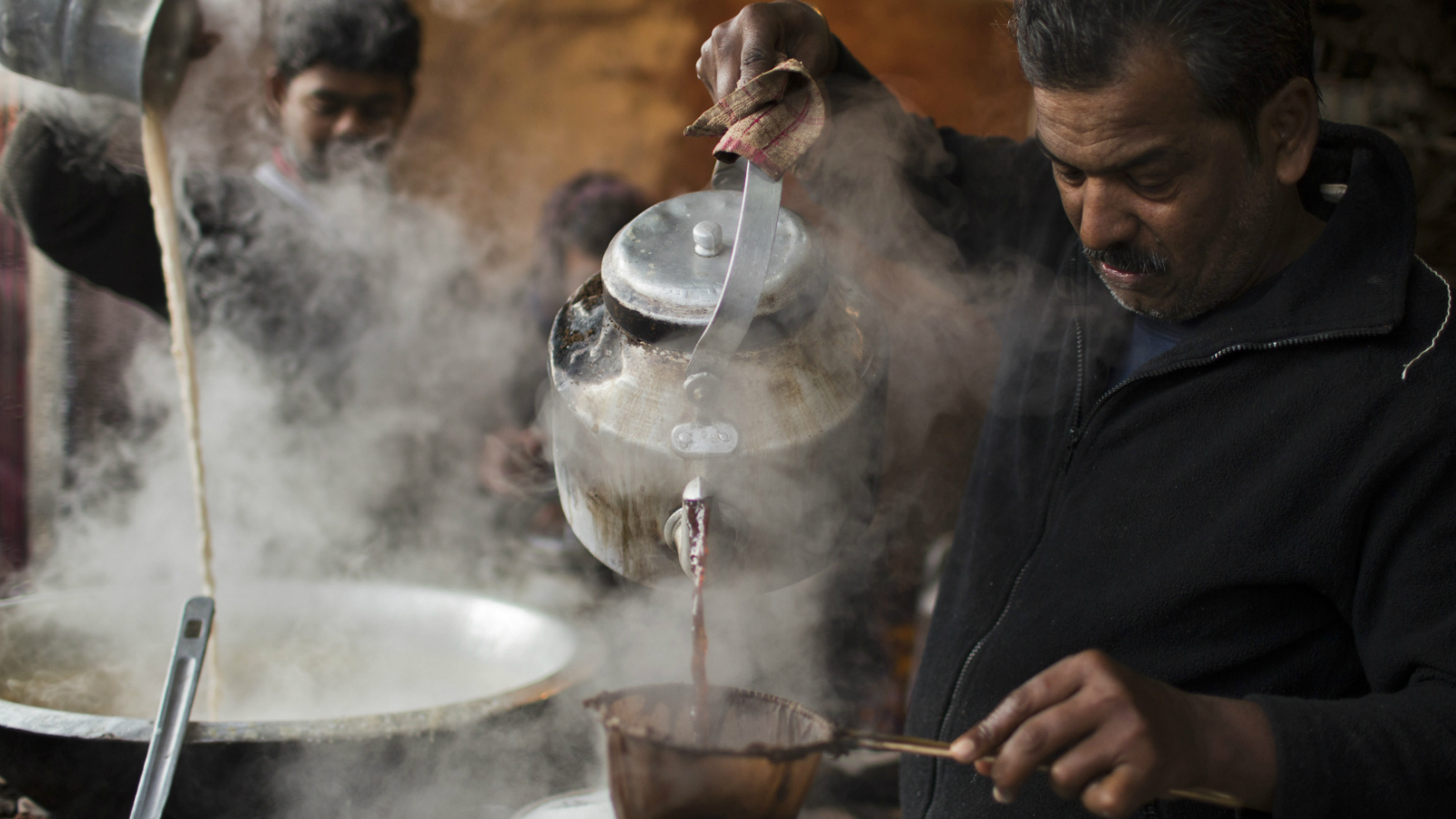 A vendor prepares tea at his roadside stall on a cold winter morning in the old quarters of Delhi January 3, 2014.