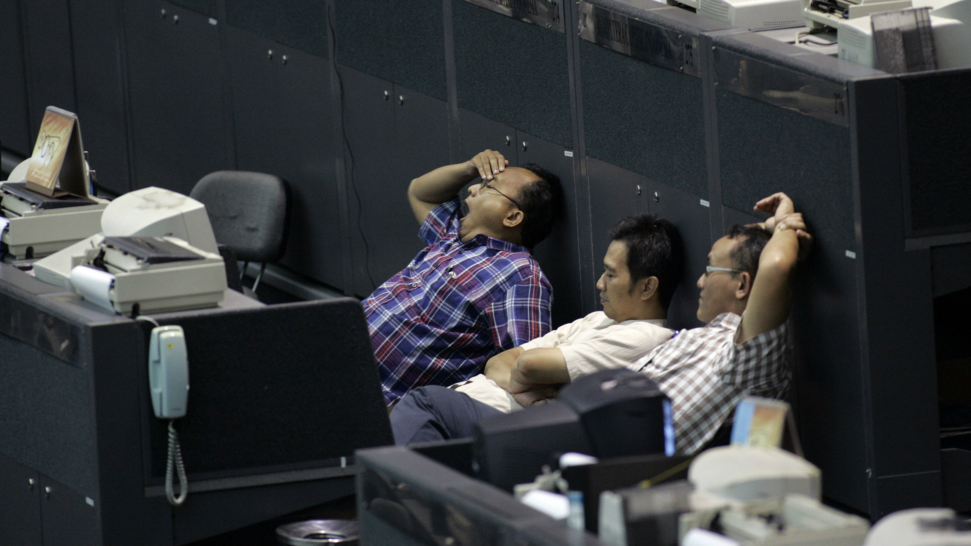 A stockbroker relax at a closed Indonesia Stock Exchange in Jakarta October 10, 2008. Indonesia dropped plans to reopen its stock market on Friday morning after a two-day suspension and despite policy makers unveiling new measures aimed at calming fears that Southeast Asia's largest economy faces a new crisis.