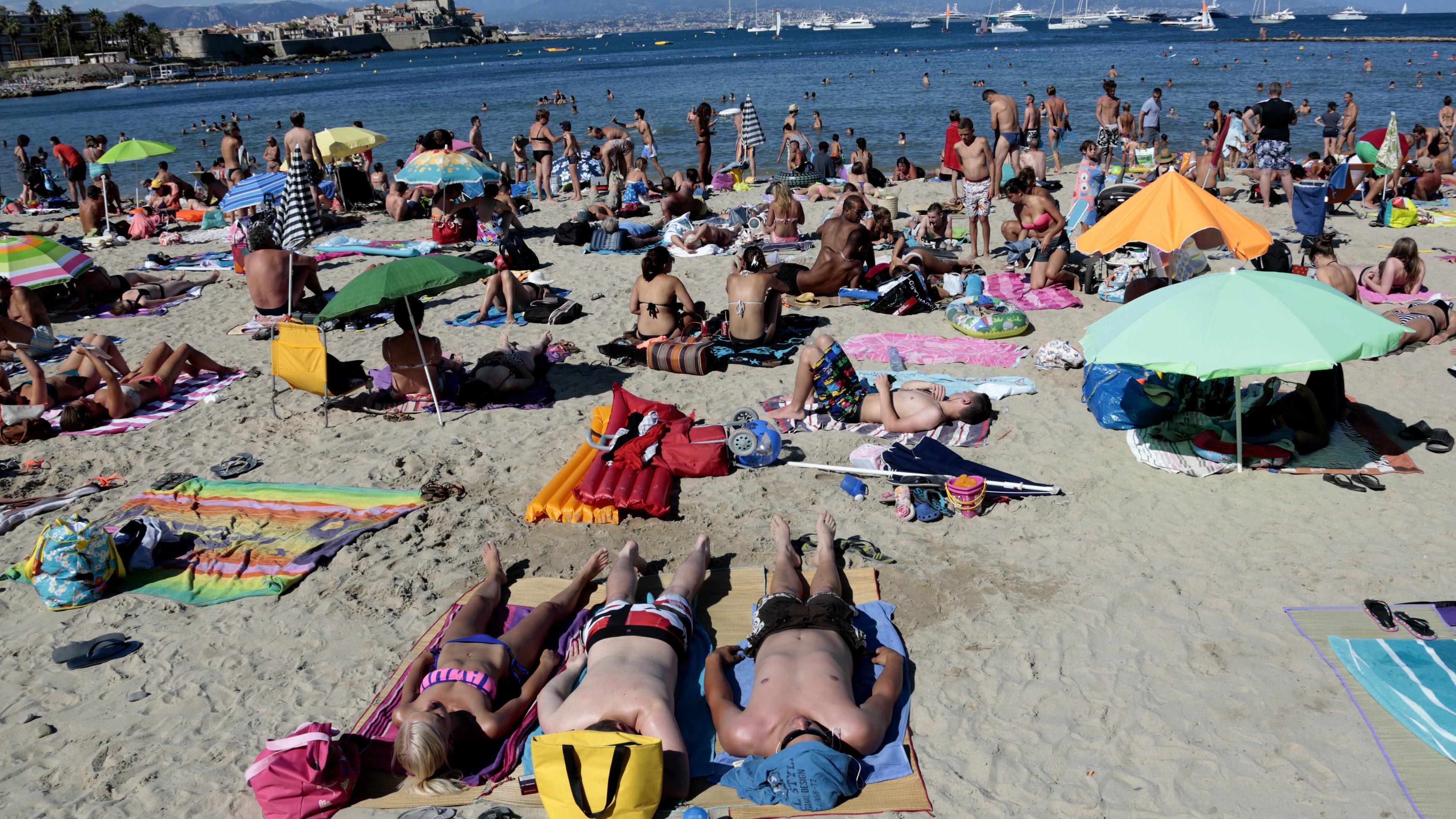 summer travel beachgoers
