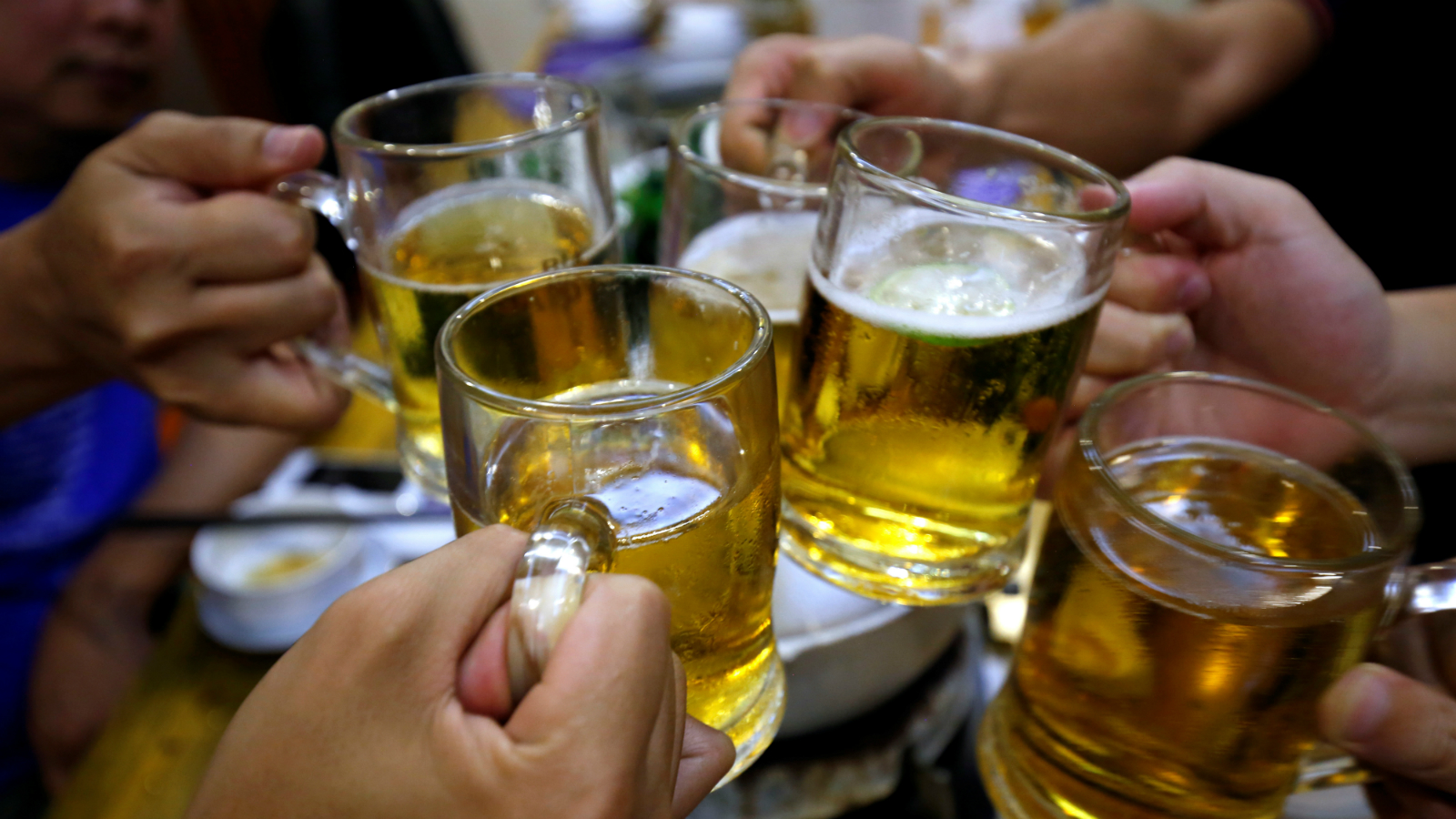 The UK government is considering a ban on early-morning airport drinking.
