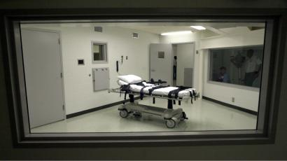 An image of a bed used in a lethal injection setting.