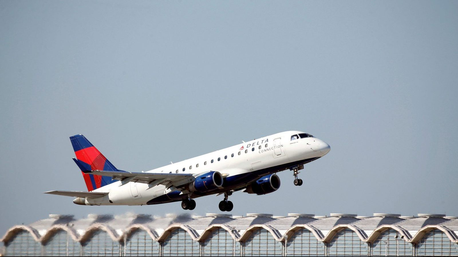A Delta Connection Embraer ERJ-170 jet takes off from Washington National Airport in Washington, U.S., August 9, 2017.   REUTERS/Joshua Roberts - RC1CE52B0530