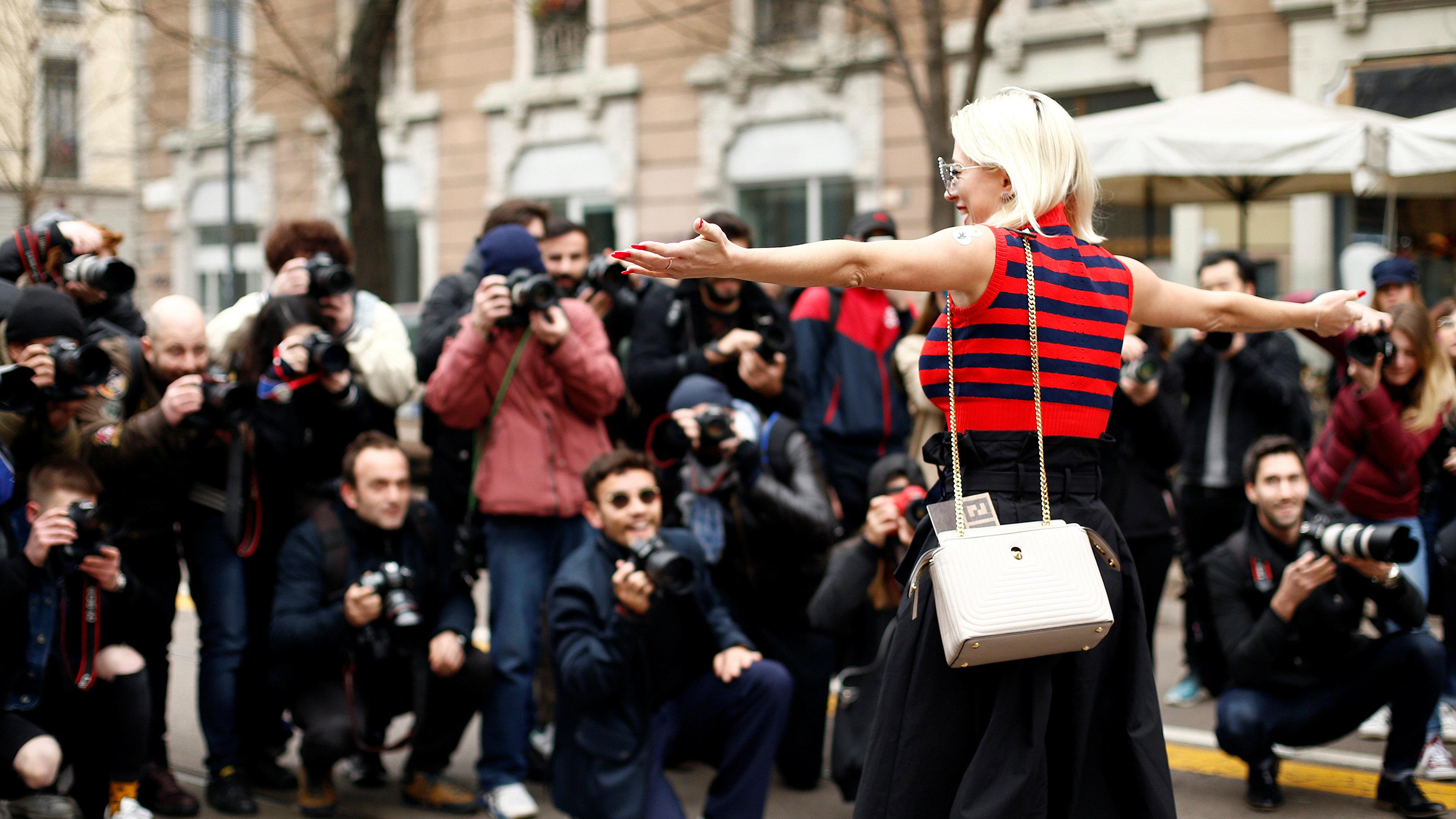 blogger posing for photographers