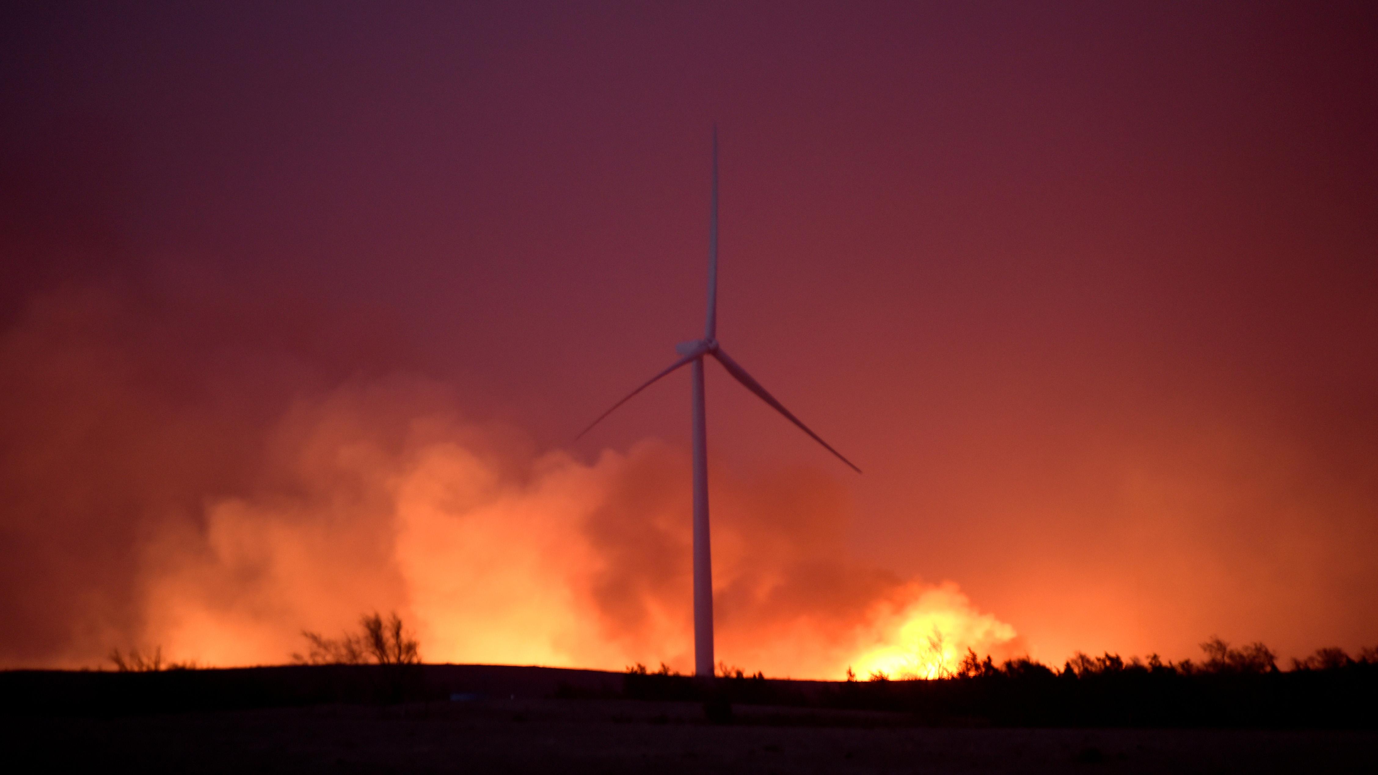 The Rhea fire rages behind a wind farm near Seiling, Oklahoma, U.S. April 17, 2018. REUTERS/Nick Oxford - RC19E0F22FE0