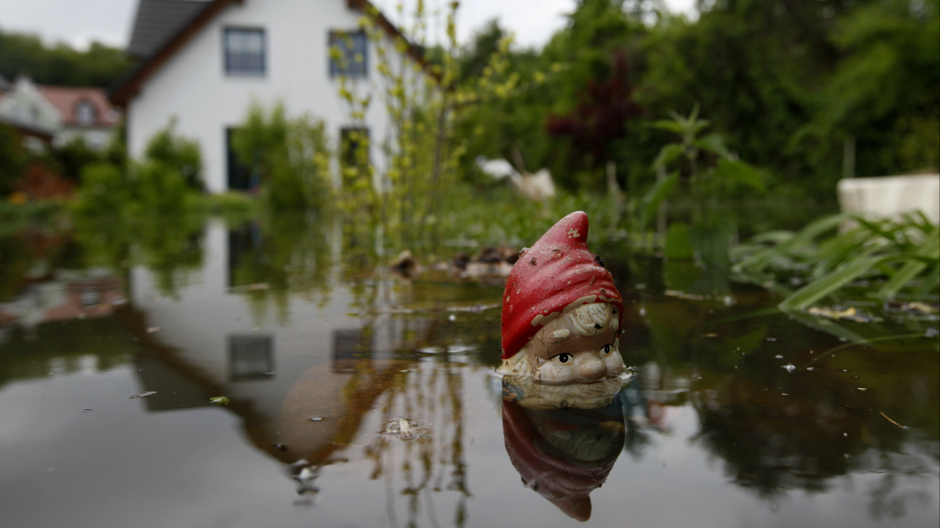 Water of the Oder river covers the garden of a house in Bushmuehlenweg in the city of Frankfurt/Oder near the Polish border,  May 28, 2010.  REUTERS/Thomas Peter  (GERMANY - Tags: DISASTER ENVIRONMENT) - GM1E65S1LJ901