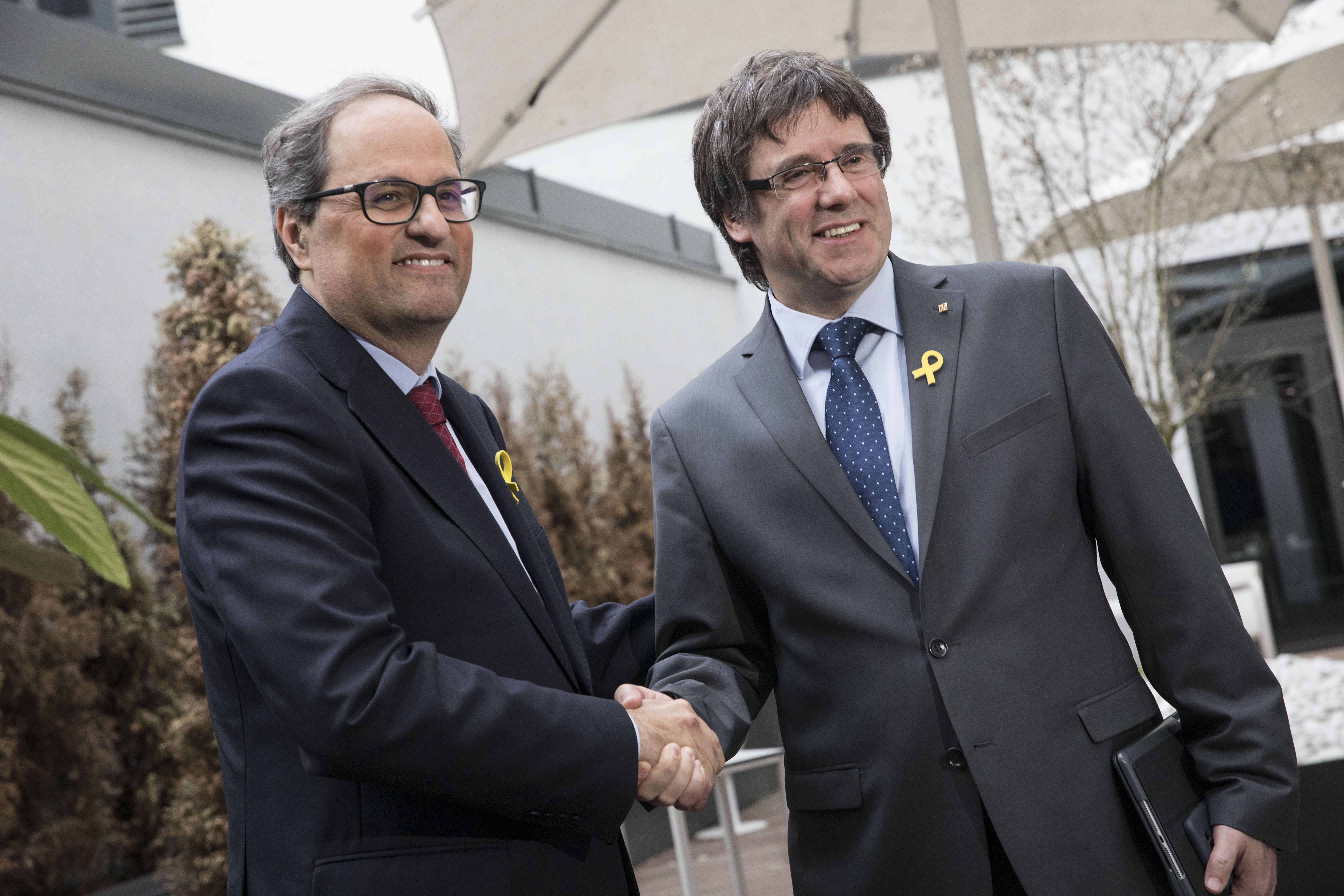 epa06739339 Former President of the Generalitat of Catalonia Carles Puigdemont (R) and newly elected president Quim Torra hold a press conference at the Sana Hotel in Berlin, Germany, 15 May 2018. Torra was sworn in the day before, 14 May, by a small margin in the Catalan parliament and is expected to continue in a hard separatist line against Spain. Puigdemont resides in Berlin since he is formally in detention and may not leave Germany until German justice decides on his extradition to Spain according to a European arrest warrant.  EPA-EFE/OMER MESSINGER