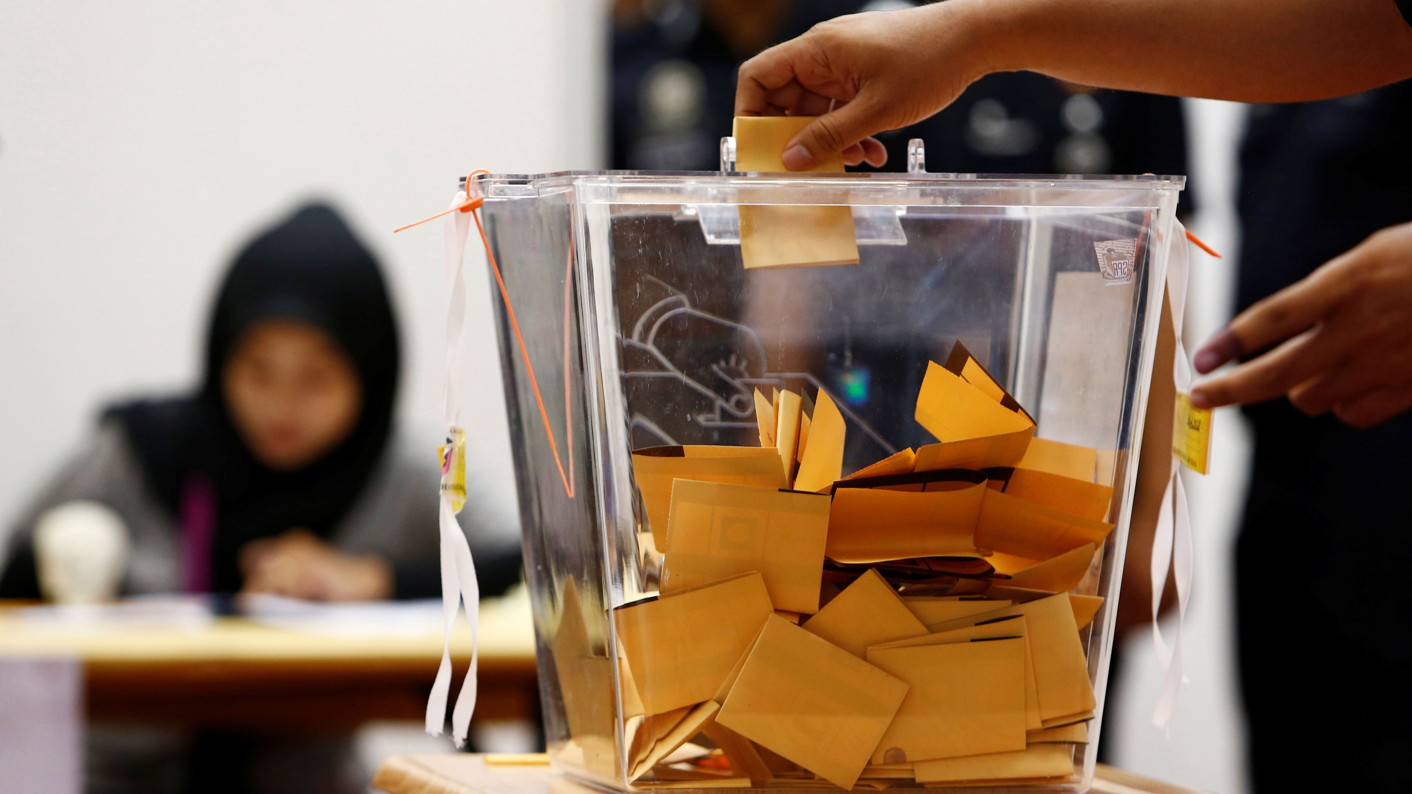 A police officer casts his ballot during the early voting ahead of the 14th general election on May 9, at Bukit Aman police headquarters in Kuala Lumpur, Malaysia May 5, 2018.