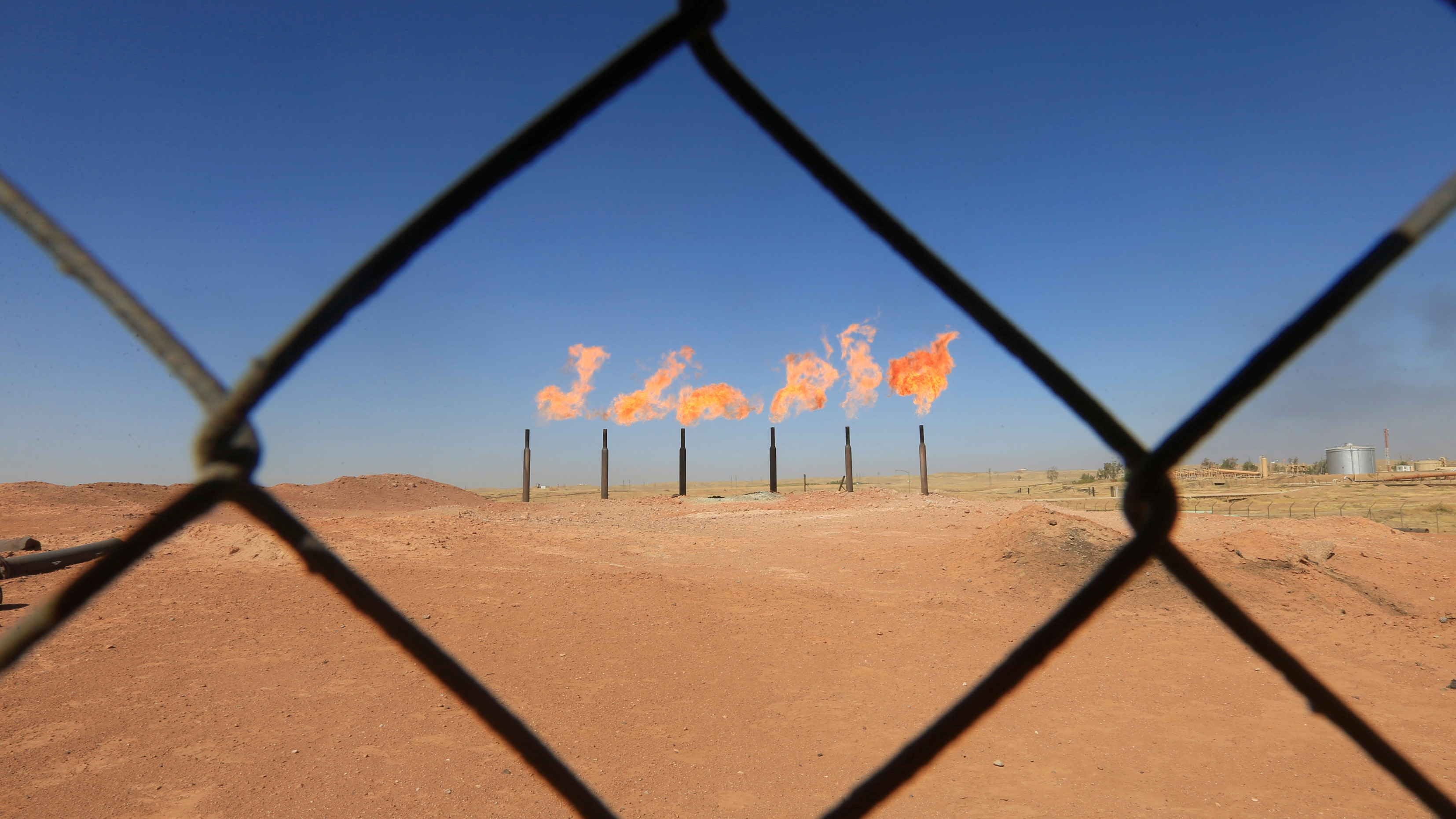 Flames emerge from flare stacks at the oil fields in Dibis area on the outskirts of Kirkuk, Iraq October 17, 2017. REUTERS/Alaa Al-Marjani - RC1339335830