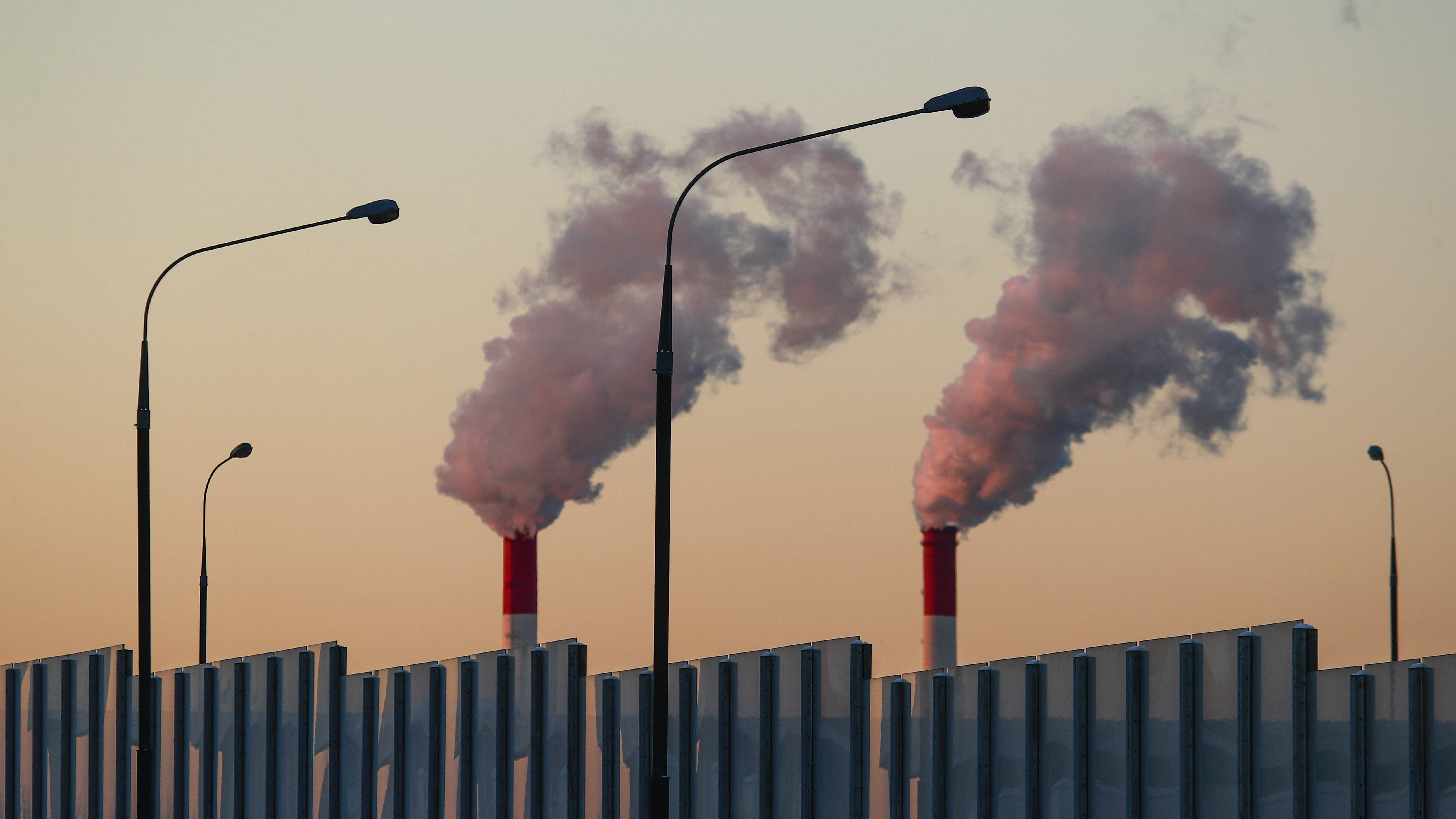 Steam rises from chimneys of a heating power plant in Moscow, Russia March 5, 2018. REUTERS/Maxim Shemetov - UP1EE3518G10W