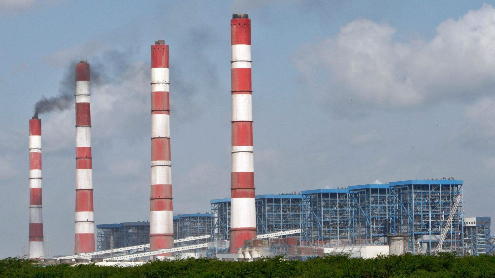 A general view of Adani Power Company thermal power plant is pictured at Mundra in the western Indian state of Gujarat September 24, 2012. As global mining giants scale back their ambitions in Australia's coal sector, Indian billionaire Gautam Adani is showing no such caution and plans to push full-steam ahead with a $4.5 billion project in a bet on rising Indian demand. Picture taken September 24, 2012. To match interview INDIA-ADANI/   REUTERS/Amit Dave (INDIA - Tags: BUSINESS ENERGY) - GM1E89P1LGJ01