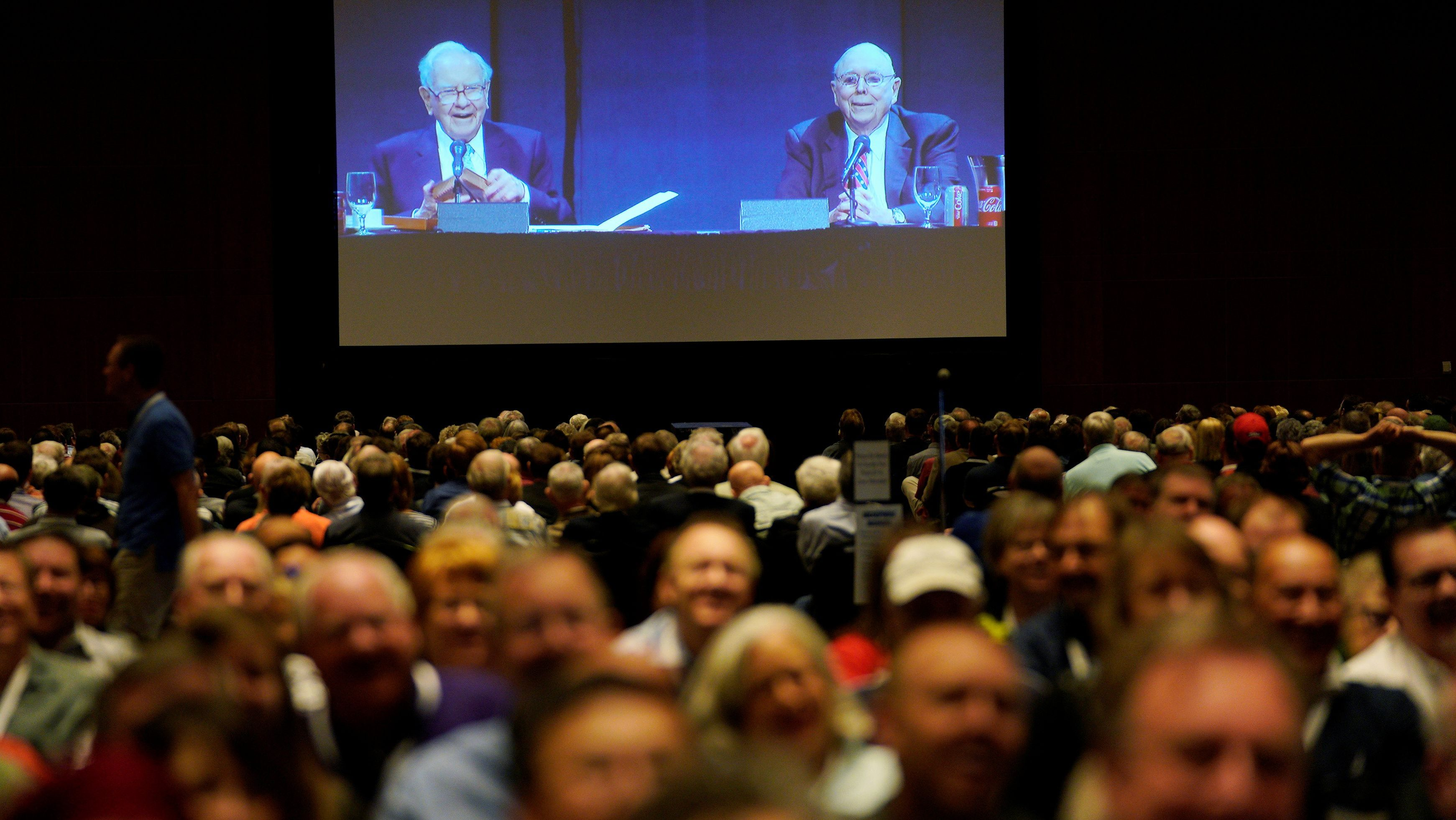 Warren Buffett (L), CEO of Berkshire Hathaway Inc, and Charlie Munger, vice chairman of Berkshire are seen on a screen at the company's annual meeting in Omaha, Nebraska, U.S., May 5, 2018.