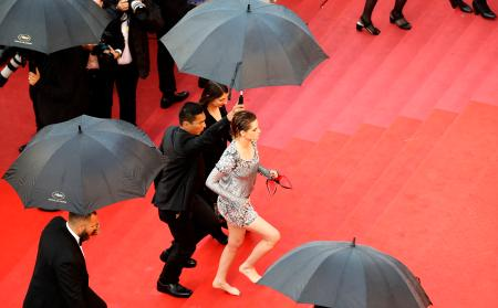"""71st Cannes Film Festival - Screening of the film """"BlacKkKlansman"""" in competition - Red Carpet Arrivals - Cannes, France May 14, 2018. Kristen Stewart, member of the 71st Cannes Film Festival Jury arrives. REUTERS/Eric Gaillard - UP1EE5E1CSECQ"""