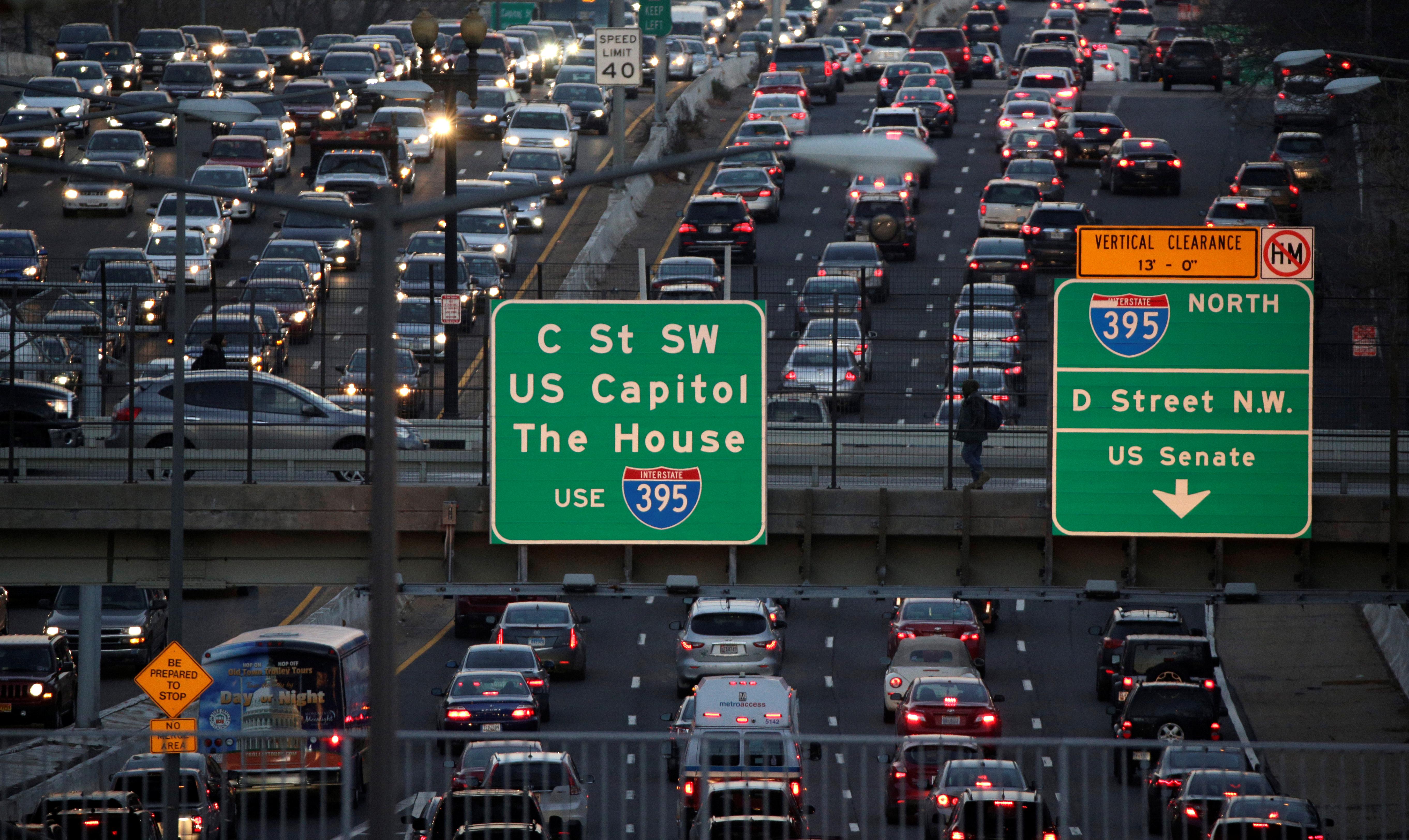Rush-hour traffic passes through Washington, U.S., December 20, 2016.  REUTERS/Joshua Roberts - RC1C420FAF60