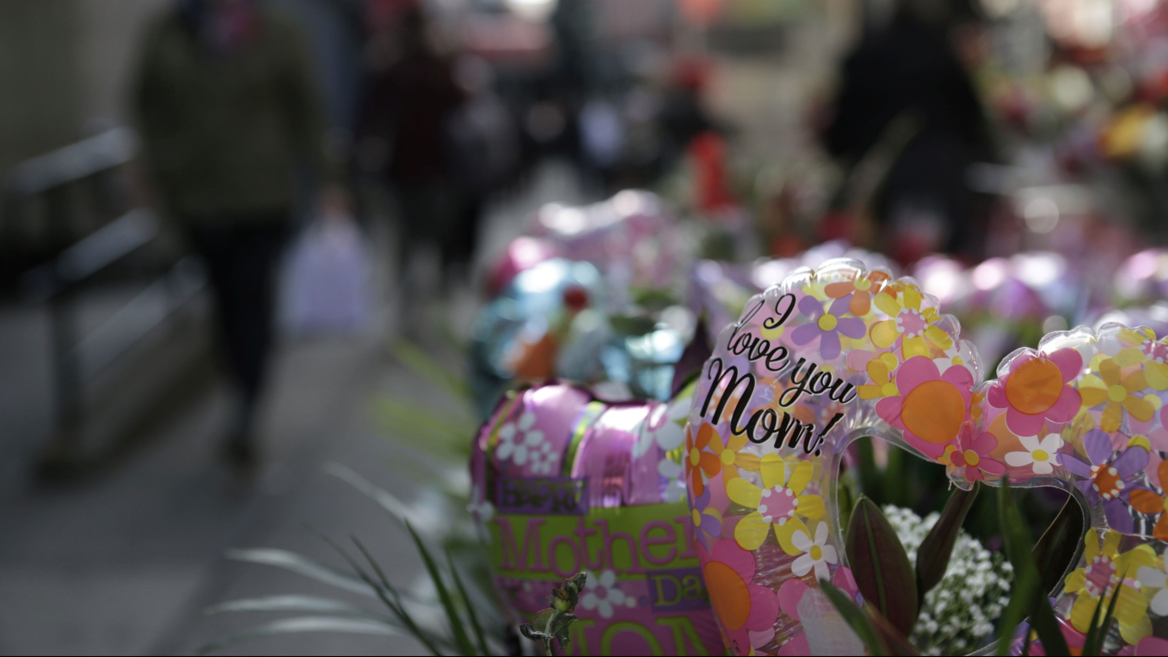 """A balloon and flower arrangement reading """"I love you Mom"""" is seen for sale on Mother's Day in Brooklyn, New York City, U.S., May 14, 2017. REUTERS/Joe Penney - RC111ED29840"""
