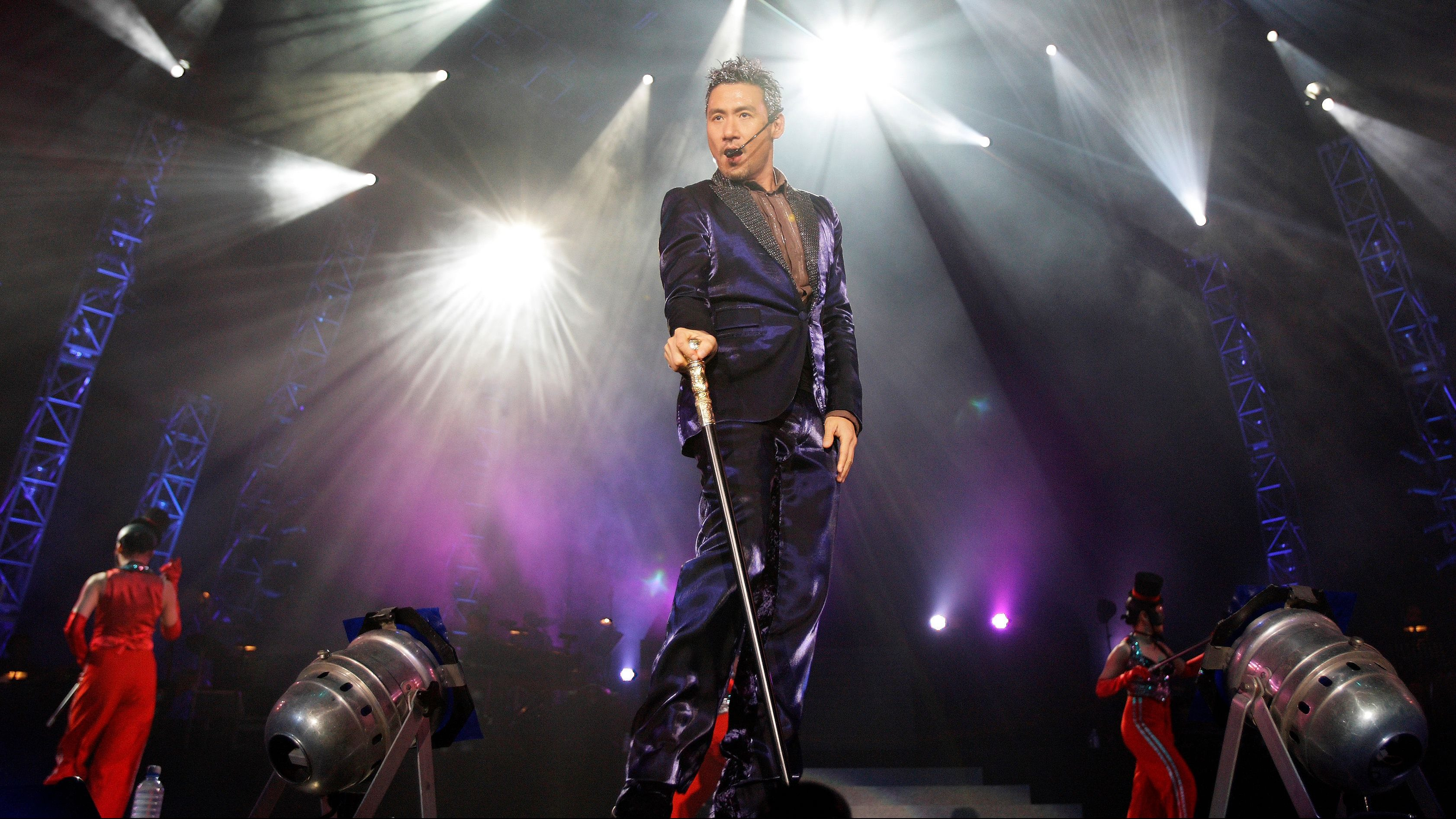 Hong Kong singer Jacky Cheung performs during a concert in Singapore January 5, 2008.
