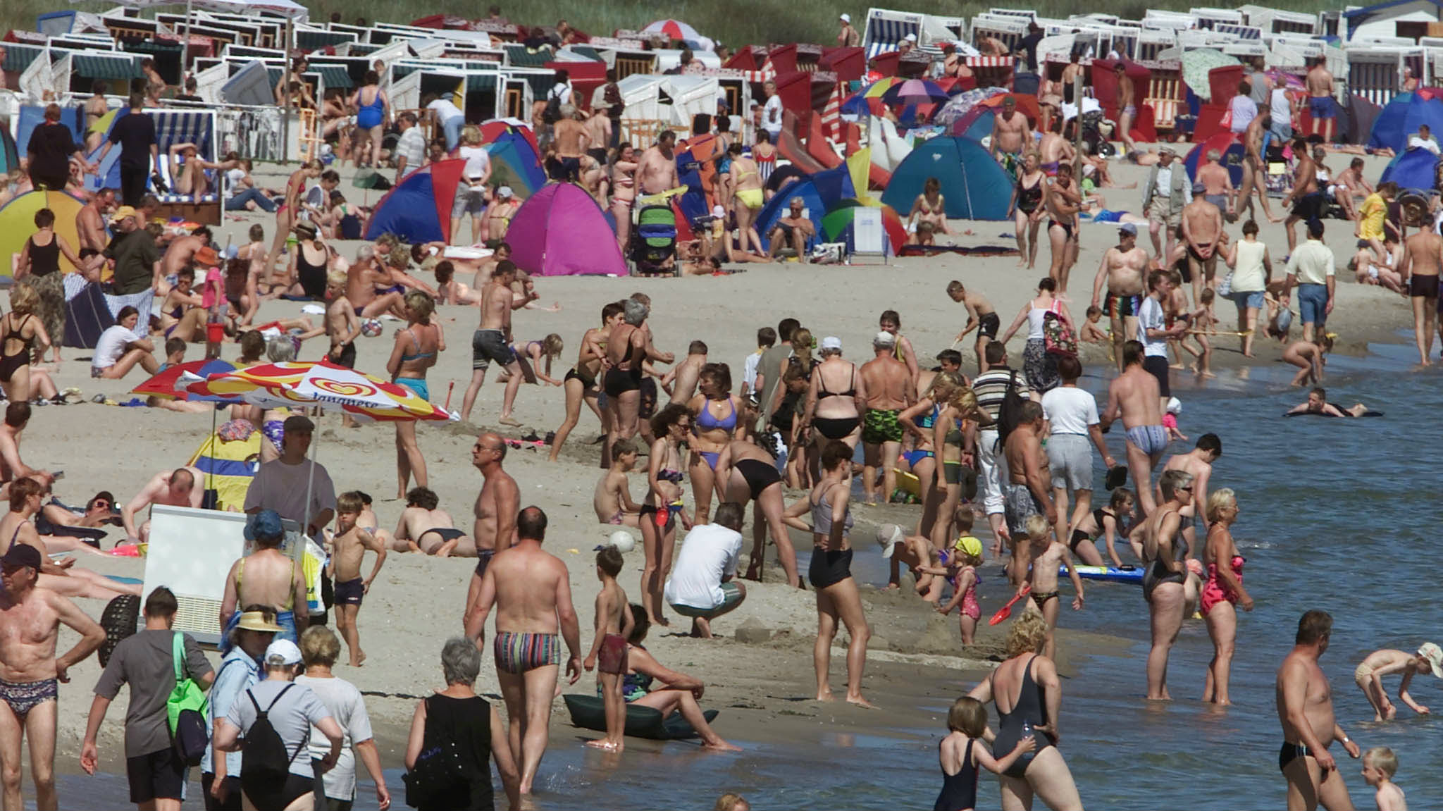 Tourists enjoy the high temperatures at a beach in the town of Binz July 3, 2001. Binz is a traditio.....