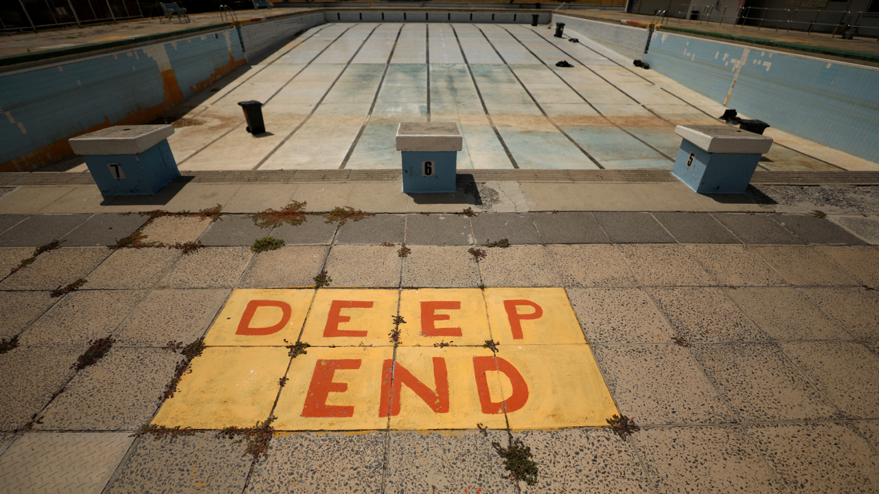 Newlands swimming pool sits empty in Cape Town, South Africa February 9, 2018. Picture taken February 9, 2018. REUTERS/Mike Hutchings - RC14D08FF1C0