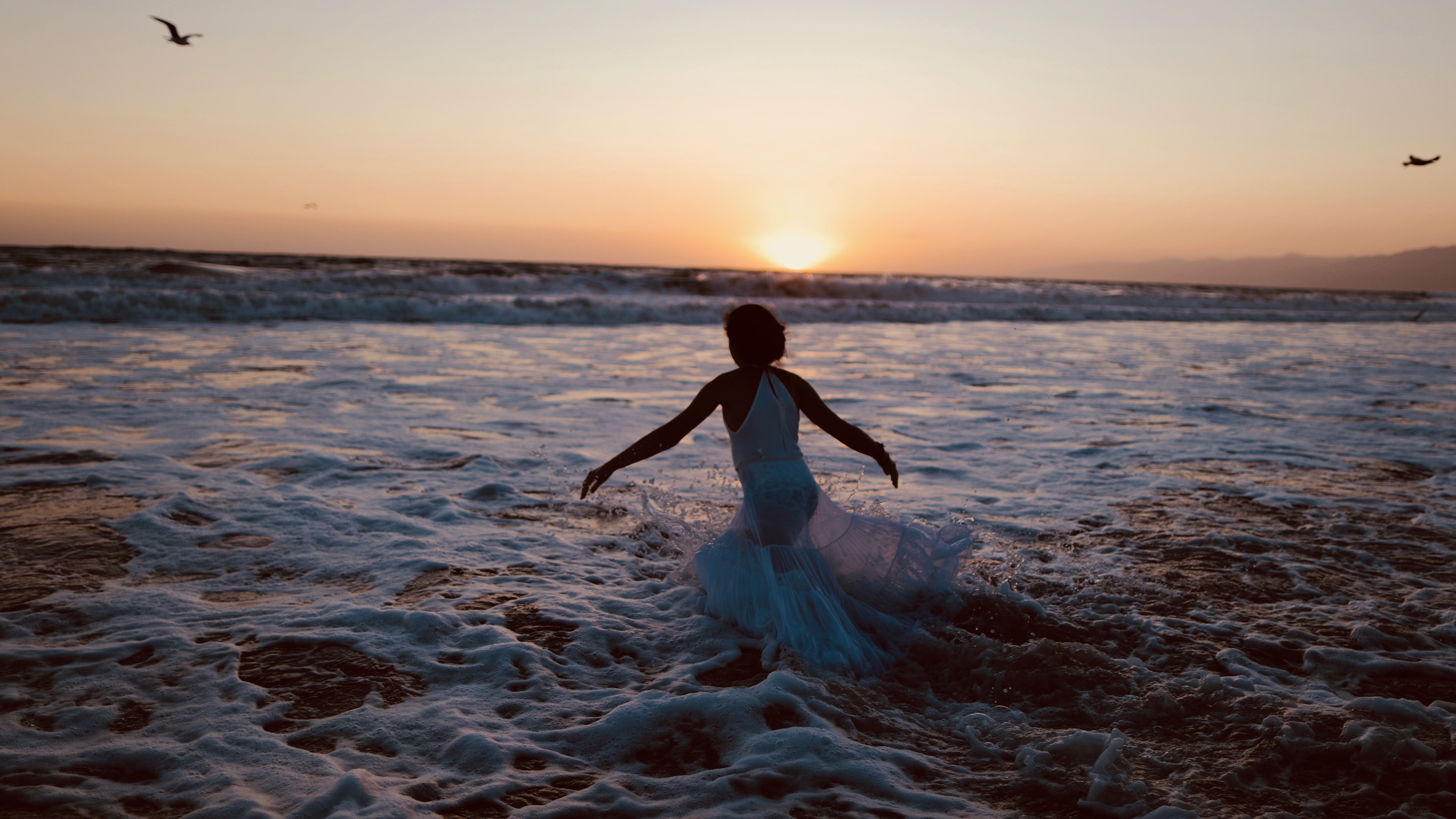 runs into the Pacific Ocean in a Jewish ritual to cast away sins on Rosh Hashanah.