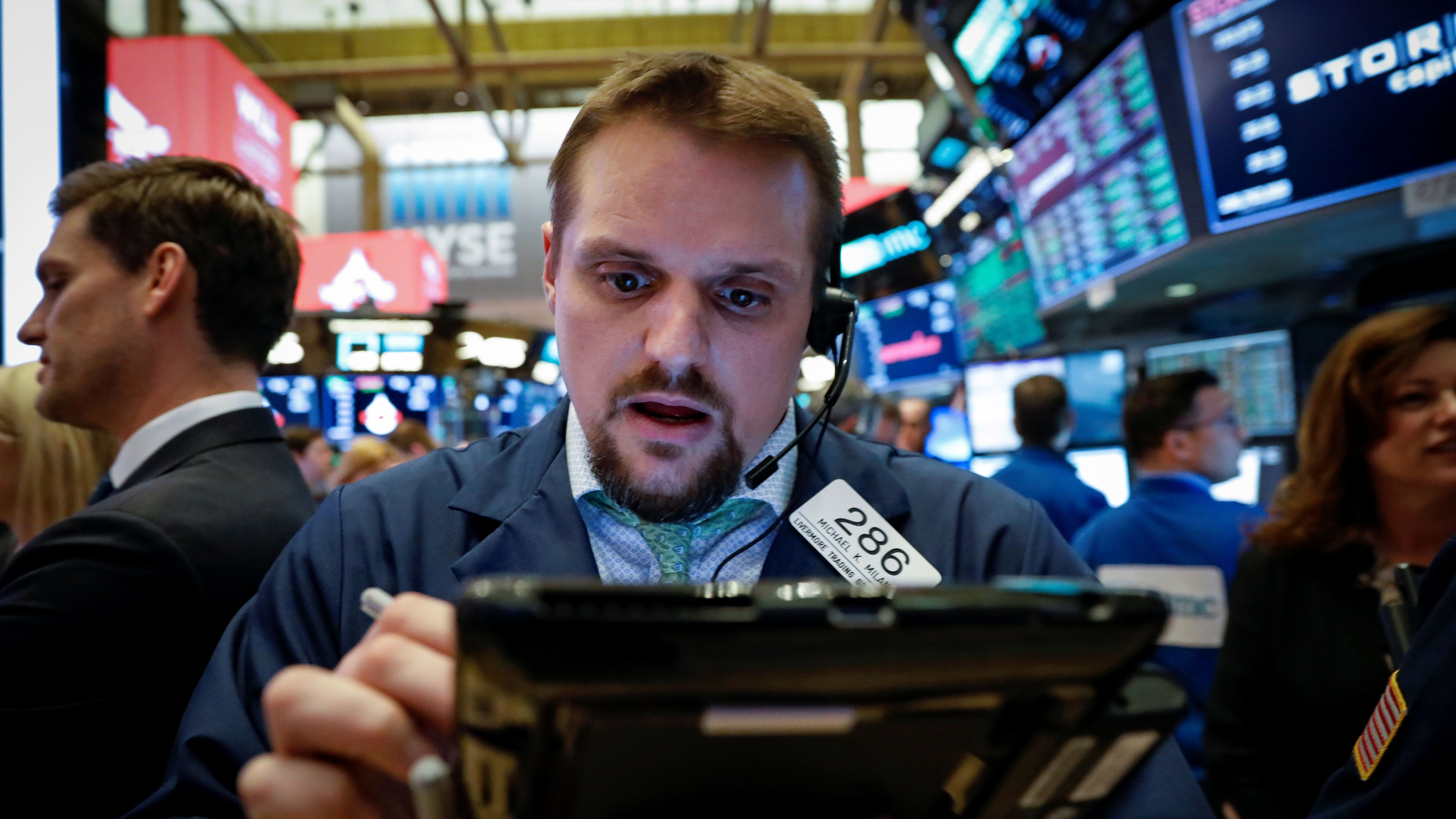 Traders work on the floor of the New York Stock Exchange, (NYSE) in New York, U.S., April 10, 2018. REUTERS/Brendan McDermid - RC1A6449C9E0