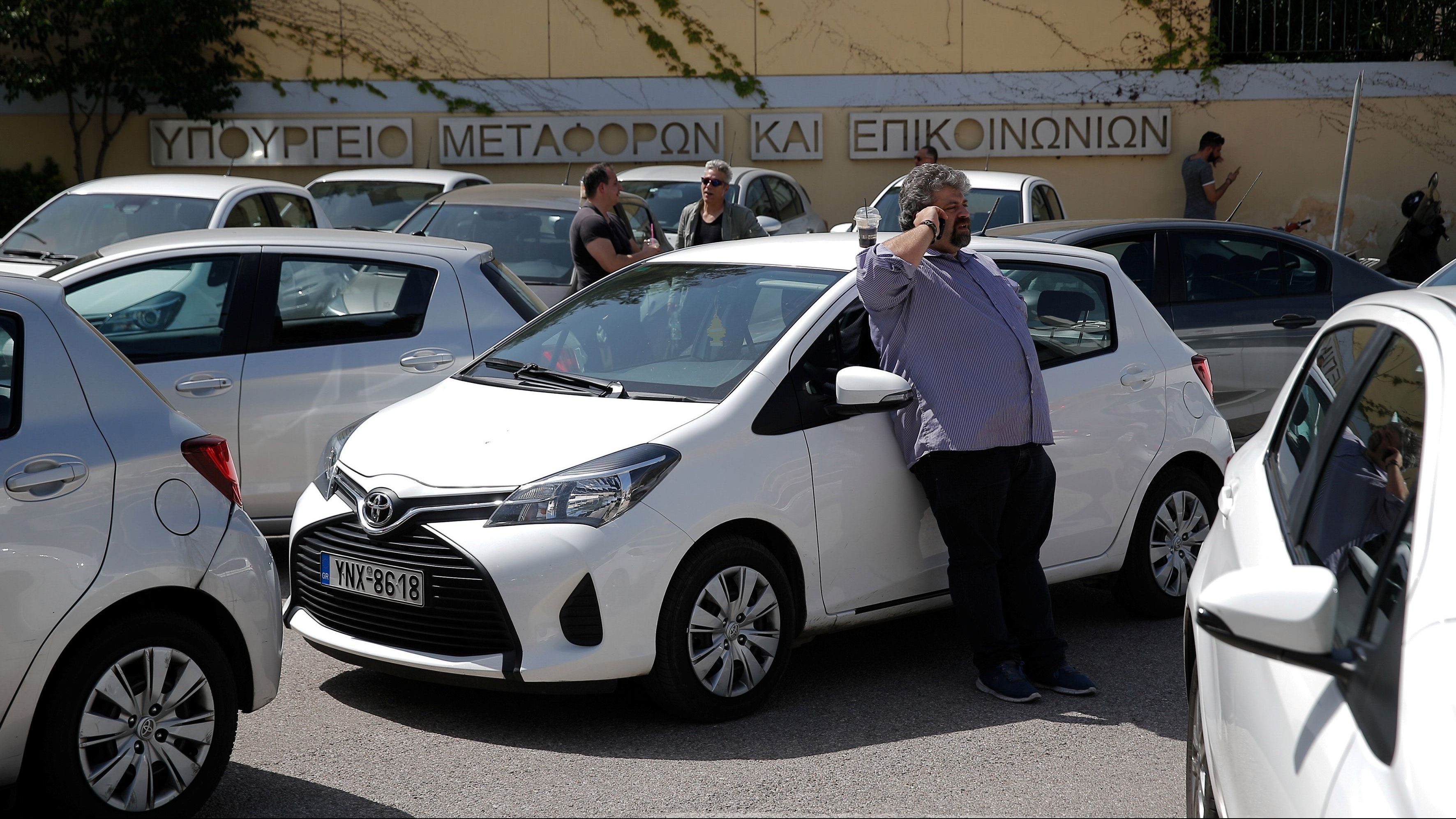 UberX drivers take part in a protest outside the Ministry of Infrastructure, Transport and Networks building in Athens, Greece April 5, 2018. REUTERS/Costas Baltas - RC11FA1B2D30