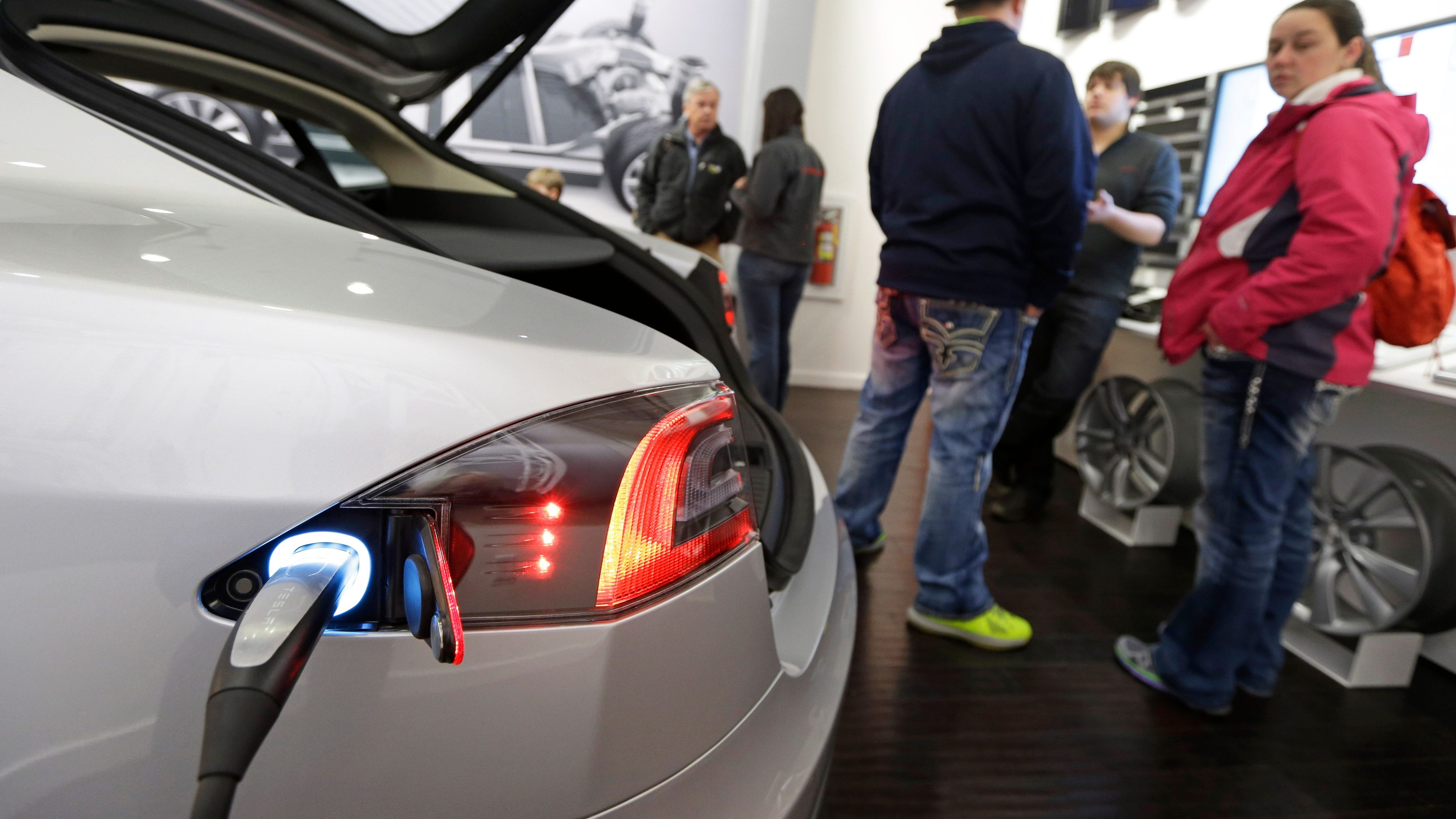 Study: Car dealers are a big barrier to people buying