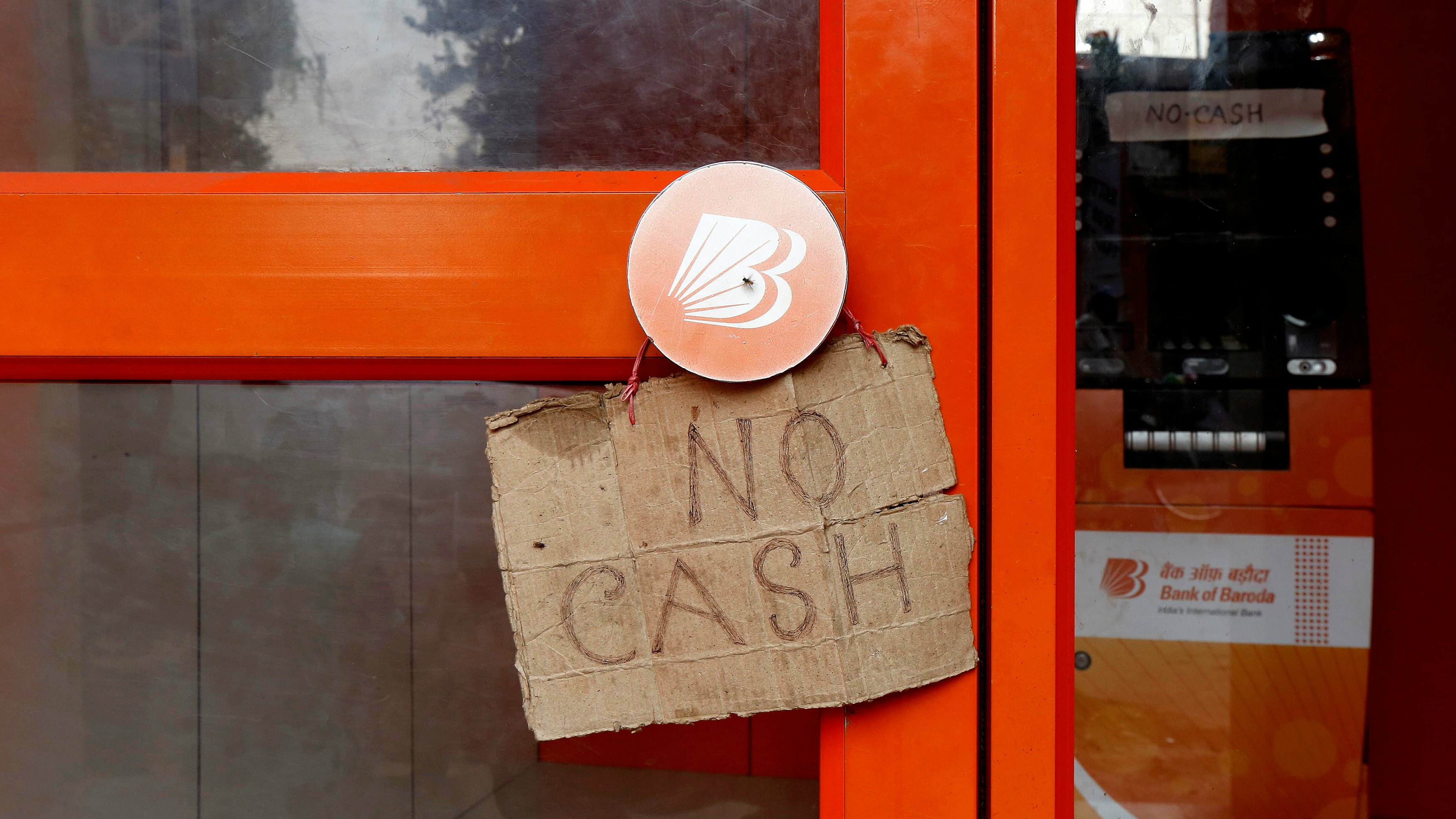 A sign that says no cash in front of an ATM.