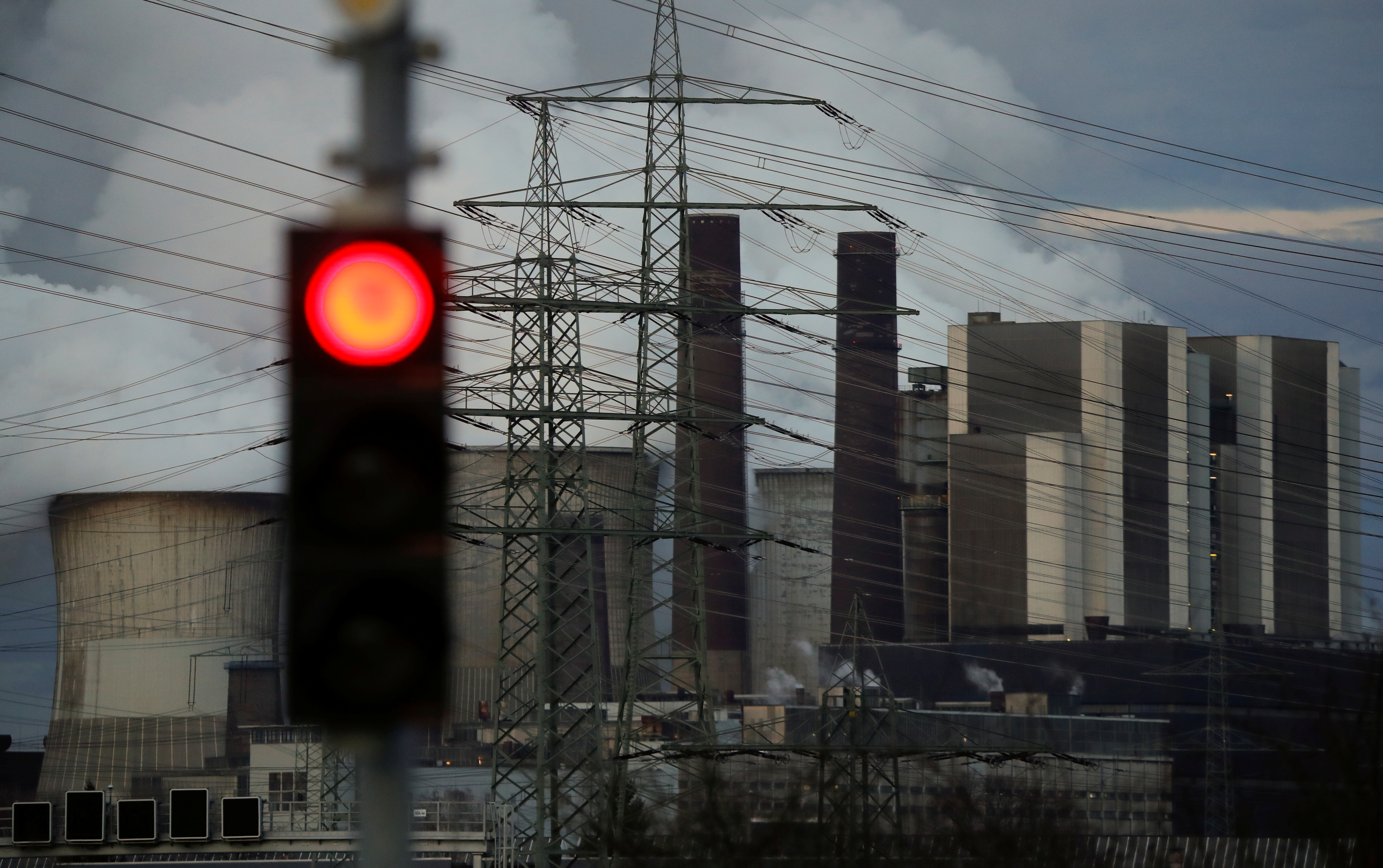 A traffic light signals red in front of the Weisweiler brown coal power plant of German energy supplier RWE, in Weisweiler near Aachen, Germany March 12, 2018.      REUTERS/Wolfgang Rattay - RC1504408190