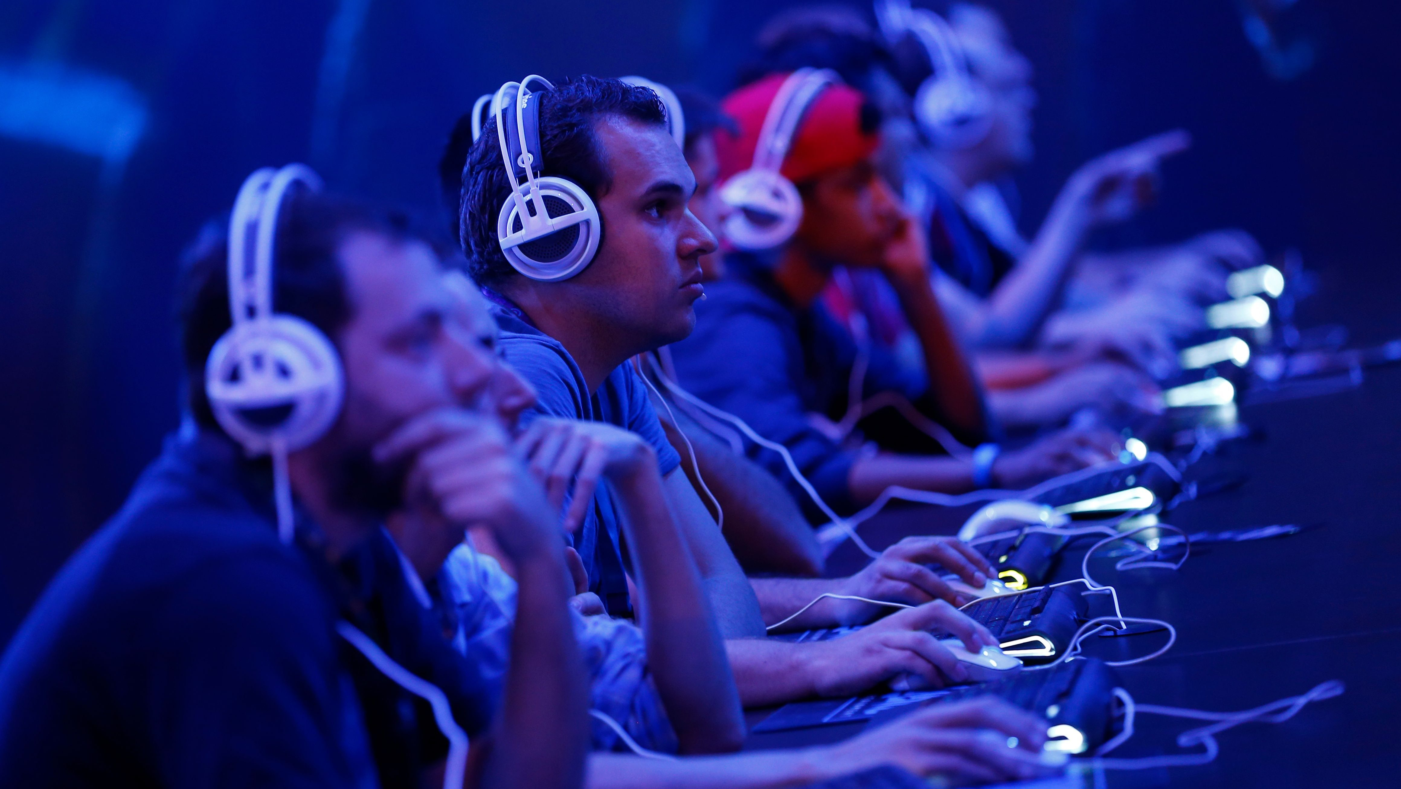 """Gamers play the """"StarCraft II"""" developed by video game producer Blizzard Entertainment during the Gamescom 2015 fair in Cologne, Germany August 5, 2015. The Gamescom convention, Europe's largest video games trade fair, runs from August 5 to August 9. REUTERS/Kai Pfaffenbach TPX IMAGES OF THE DAY - LR2EB850TGK8W"""