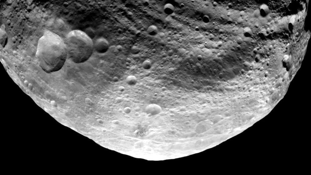 Ein von der NASA-Sonde Dawn aufgenommenes Bild zeigt die Oberflaeche des Asteroiden Vesta (Foto vom 23.07.11). Die Aufnahme ist aus einer Entfernung von rund 5.200 Kilometern entstanden. Das Max-Planck-Institut fuer Sonnensystemforschung wird am Montagabend (01.08.11) in Berlin erste Erkenntnise, die aus den hochaufloesenden Bildern des Asteroiden gewonnen wurden, bekannt geben. (zu dapd-Text) Foto: JPL-Caltech/UCLA/MPS/DLR/IDA/NASA/dapd