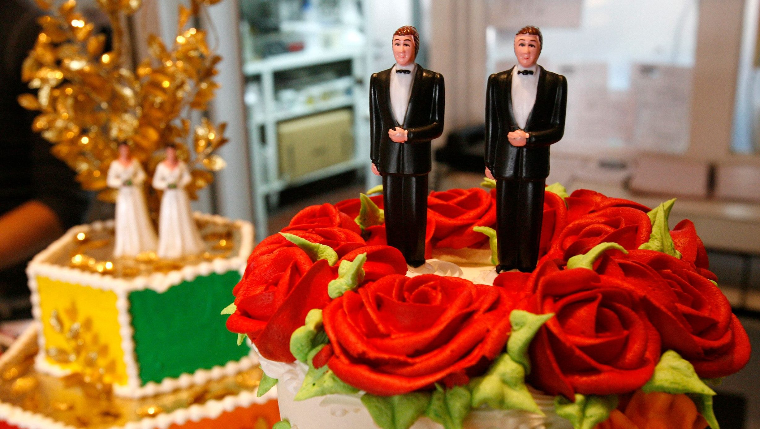 Bride and groom figurines are on display on wedding cakes at Cake and Art bakery in West Hollywood, California June 4, 2008. A California Supreme Court ruling on Wednesday clears the way for gay marriage ceremonies that could bring a business windfall to San Francisco and other cities starting this month.  REUTERS/Mario Anzuoni   (UNITED STATES) - GM1E46512PH01