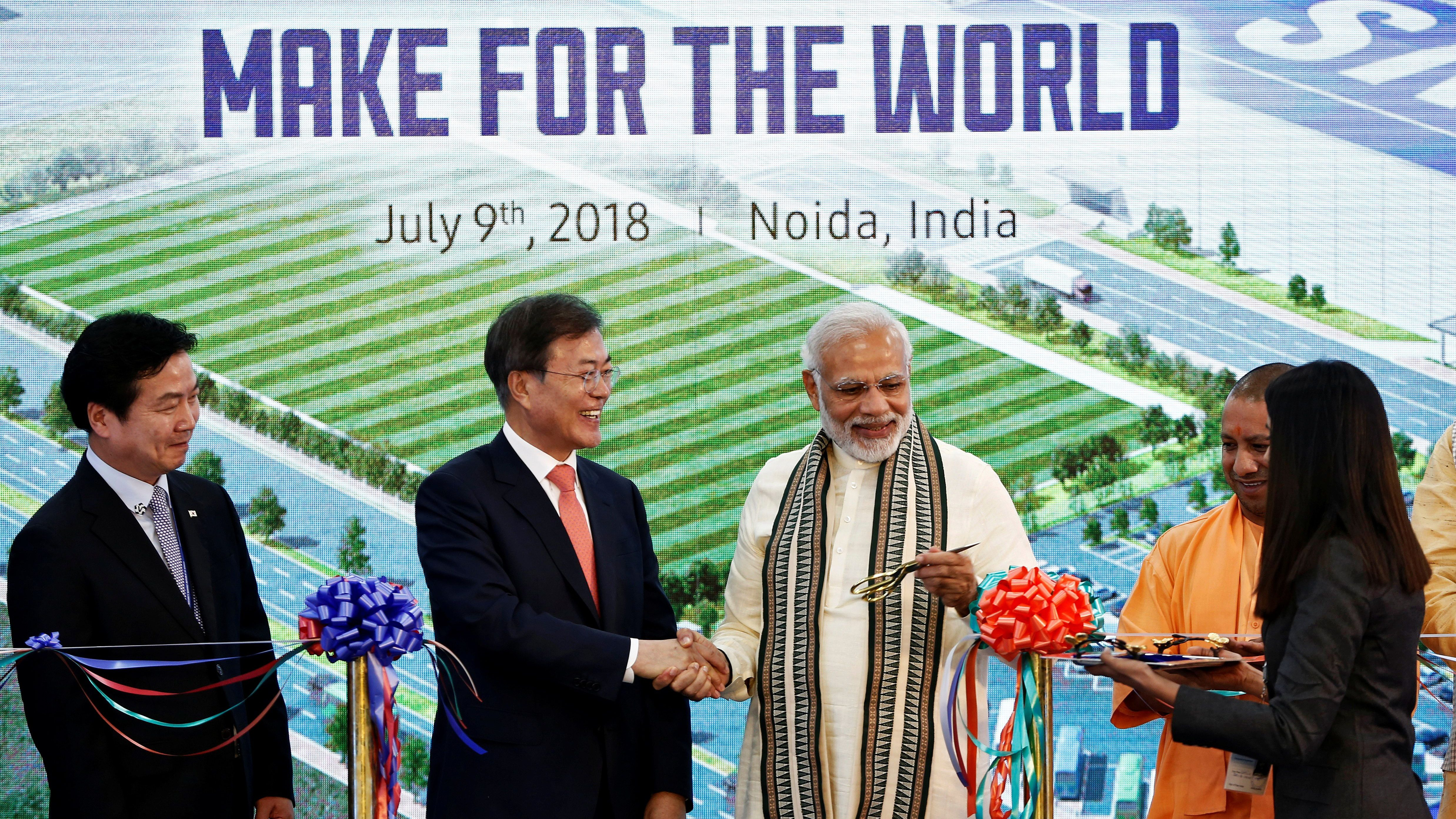 South Korean President Moon Jae-in and Indian Prime Minister Narendra Modi shake hands after inaugurating the Samsung Electronics smartphone manufacturing facility in Noida, India, July 9, 2018. REUTERS/Adnan Abidi - RC1849C57D60