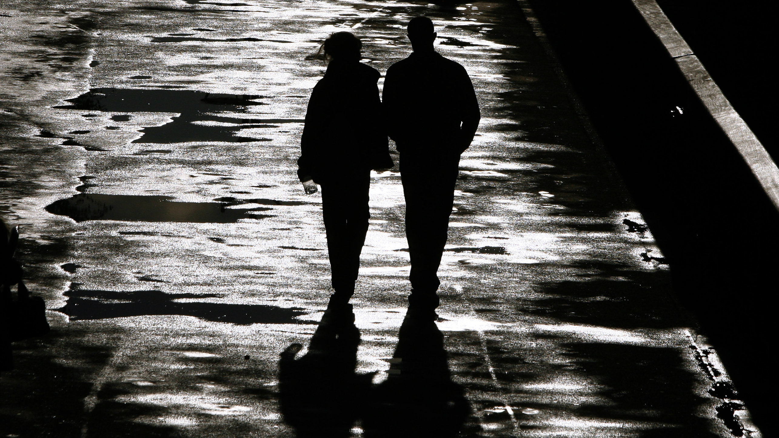 DATE IMPORTED:April 28, 2009A couple walk along the bank of the River Thames after a heavy downpour of rain in London April 28, 2009.