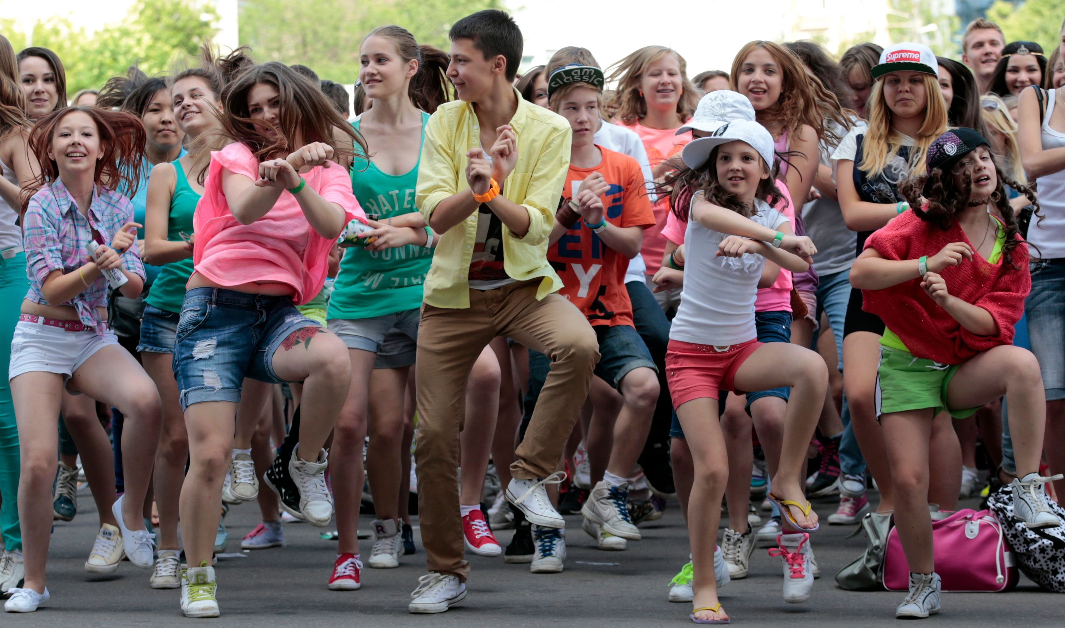 People perform a Gangnam style dance during a flash mob before the arrival of South Korean rapper Psy at the Olympiyskiy (Olympic) sports and entertainment complex in Moscow, June 6, 2013. Psy is in Moscow to take part in the MUZ-TV music awards ceremony on June 7, according to local media. REUTERS/Tatyana Makeyeva (RUSSIA  - Tags: ENTERTAINMENT SOCIETY) - GM1E967026201